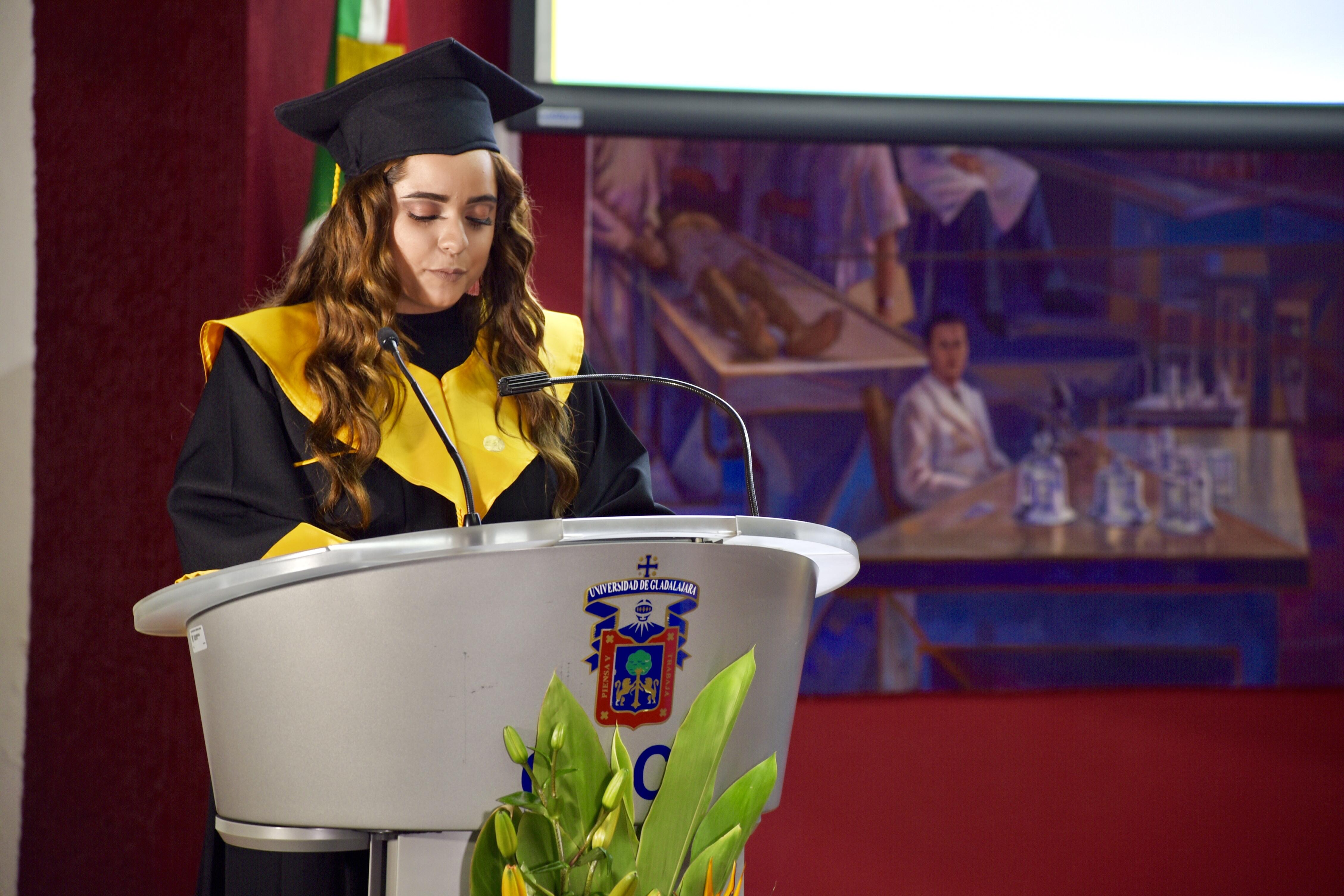 Representante de Generación ofreciendo mensaje a graduados