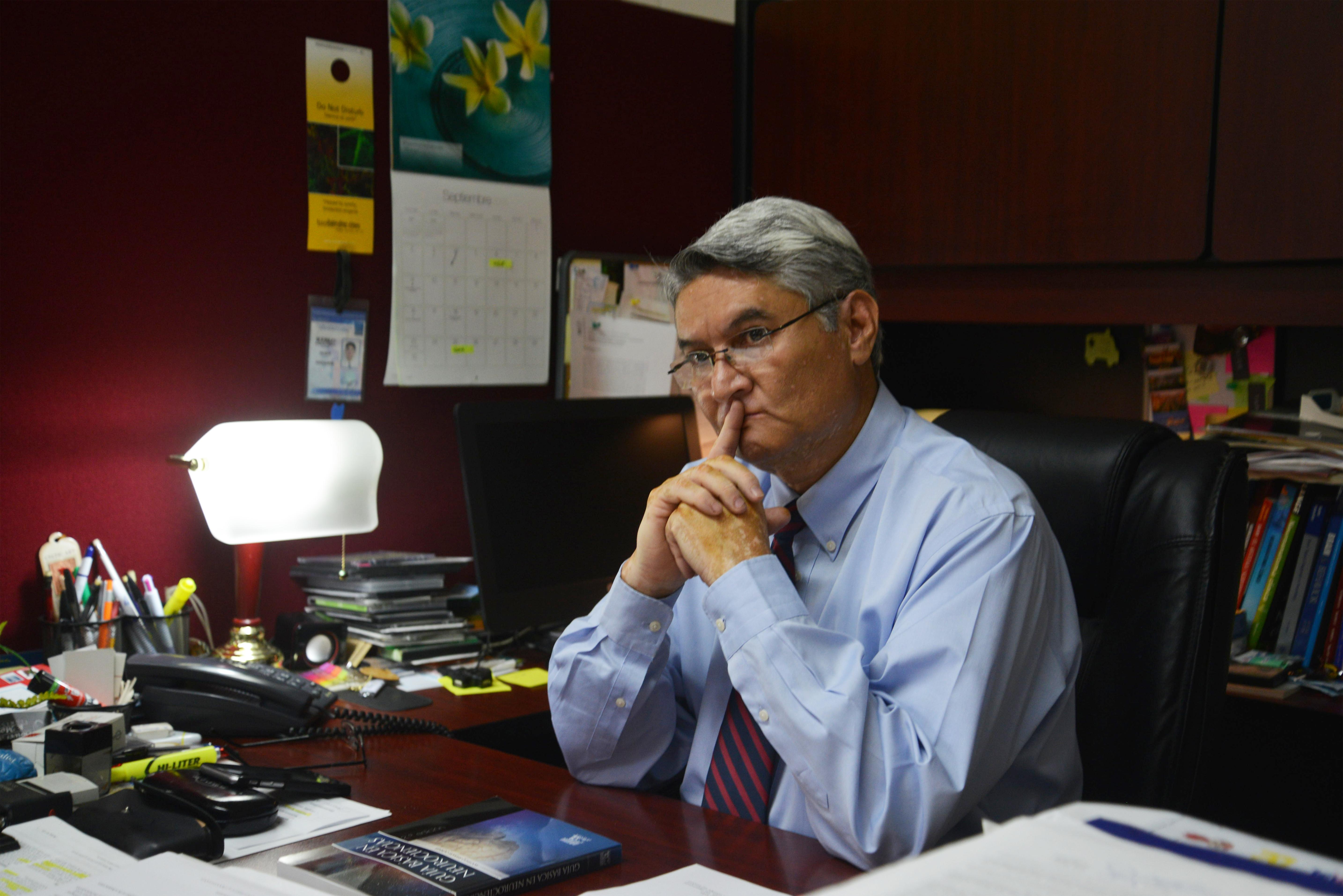 Dr. Rodrigo Ramos reflexiona su respuesta durante la entrevista