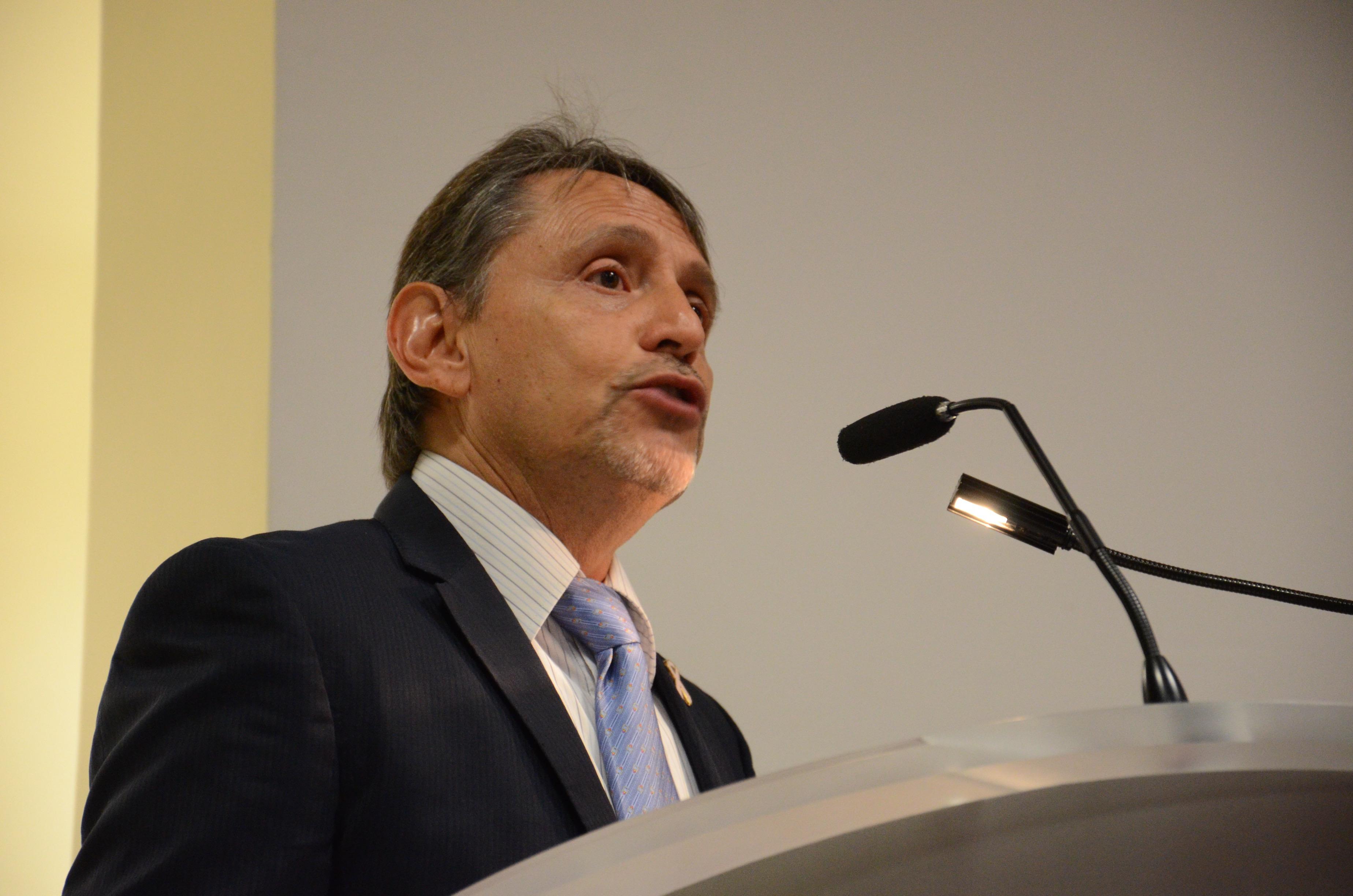 Dr. Adrián Daneri ofreciendo palabras de bienvenida en el podio
