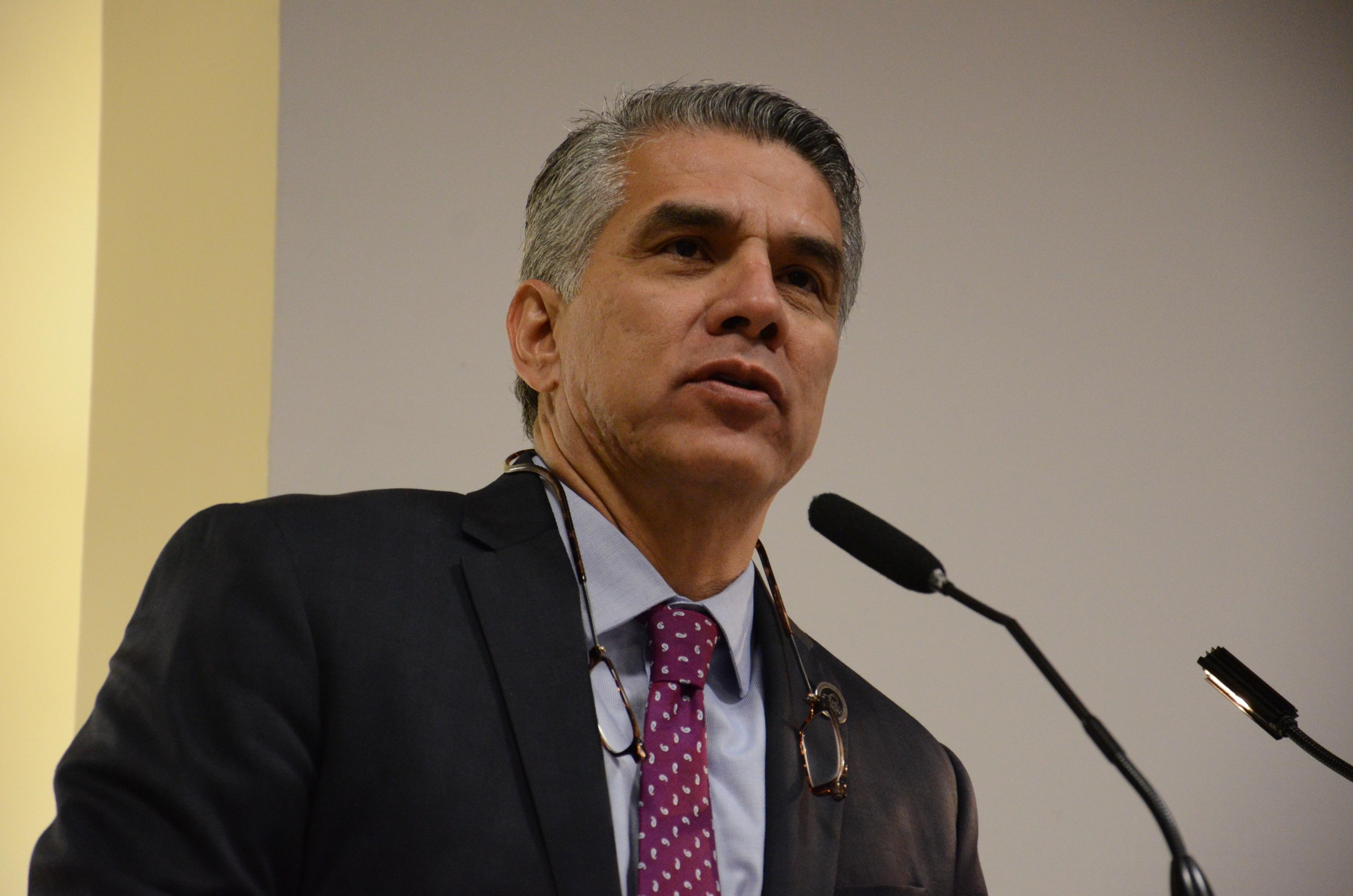 Dr Benjamín Becerra dando discurso inaugural en el podio