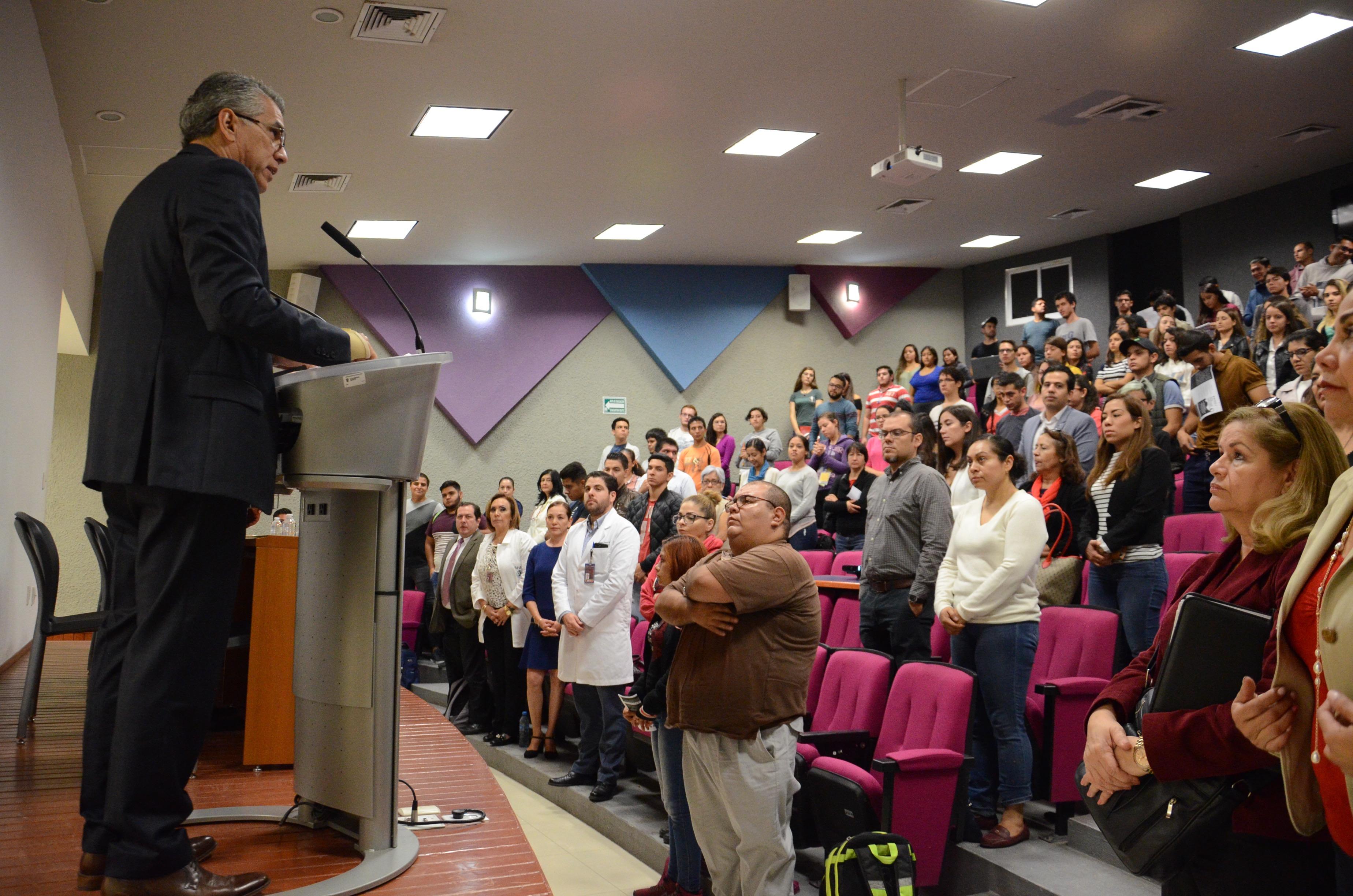 Dr. Benjamín Becerra declarando inaugurado el Simposio