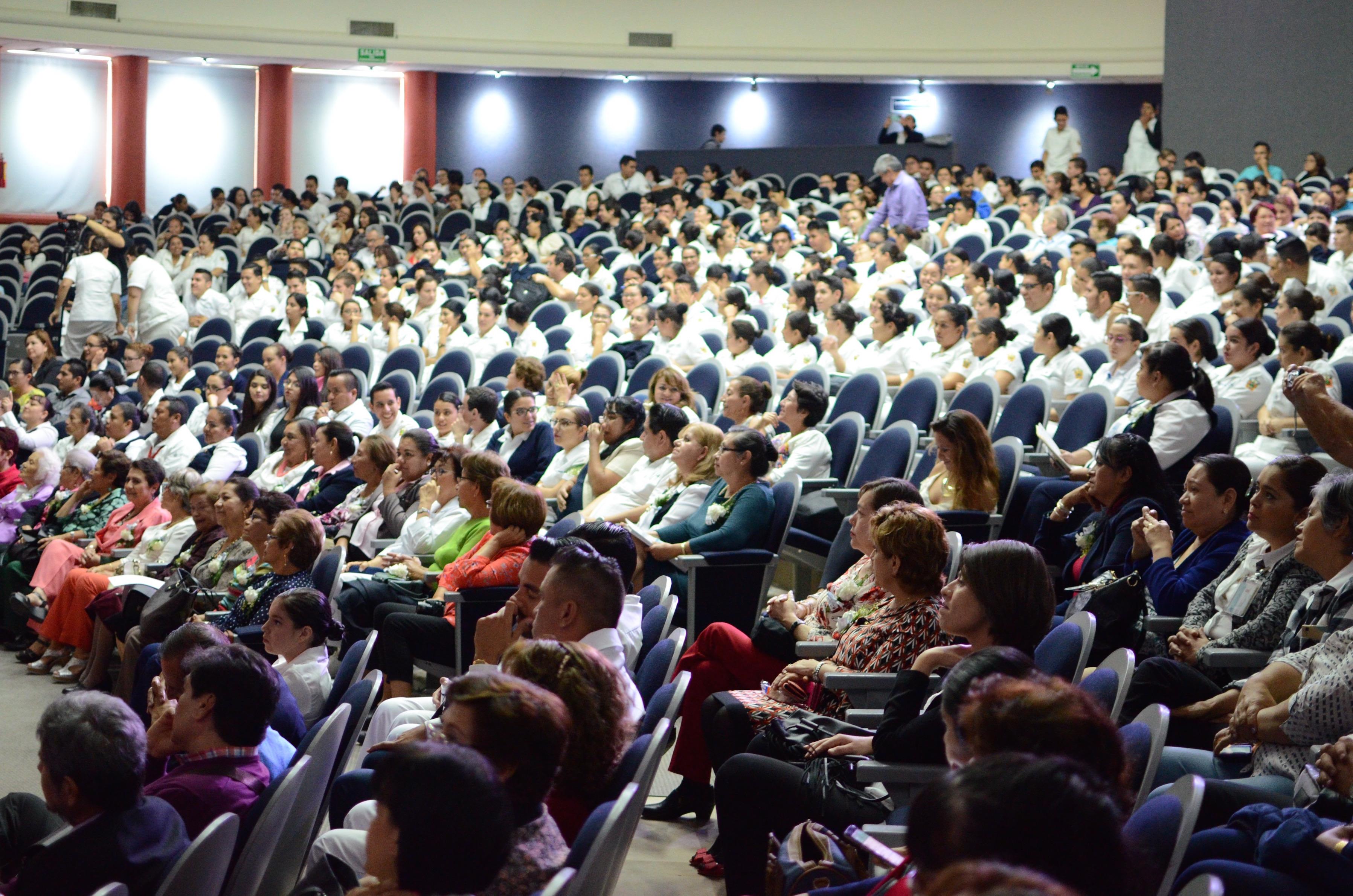 Vista panorámica del auditorio Roberto Mendiola Orta totalmente lleno