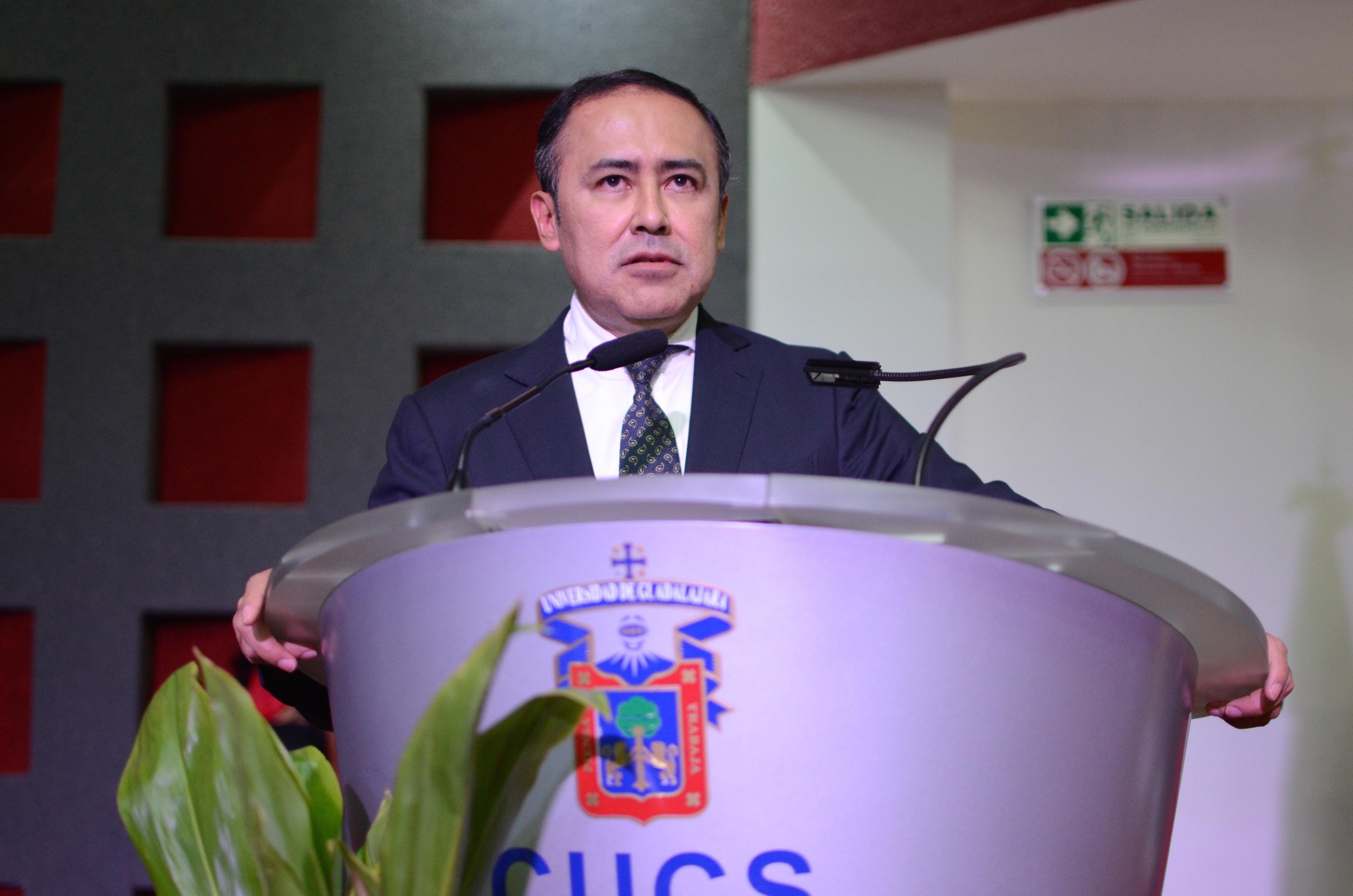 Dr. Jaime Andrade Villanueva ofreciendo su discurso
