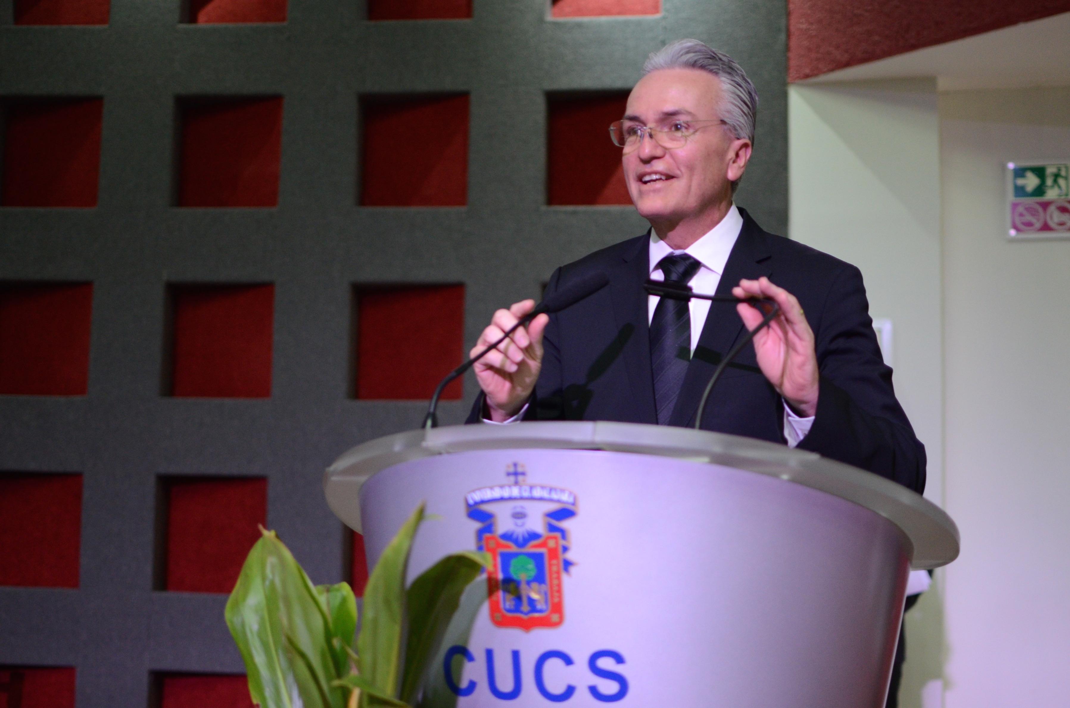 Dr. Alfonso Petersen Farah ofreciendo su discurso