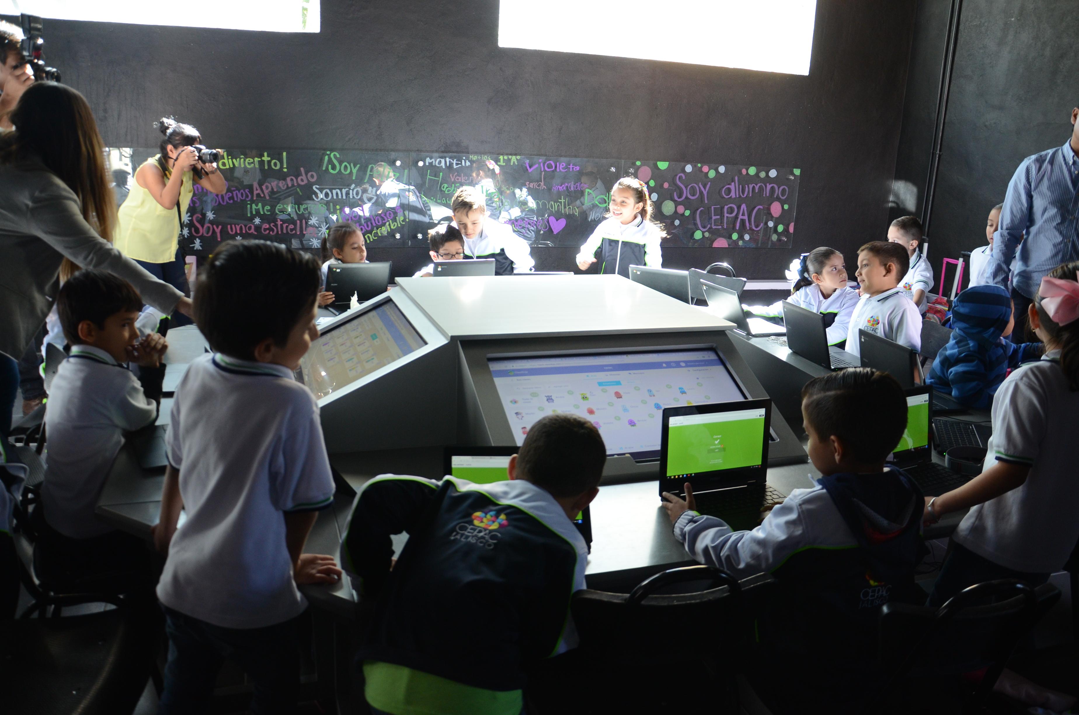 Niños del CEPAC trabajando en el aula de tecnología