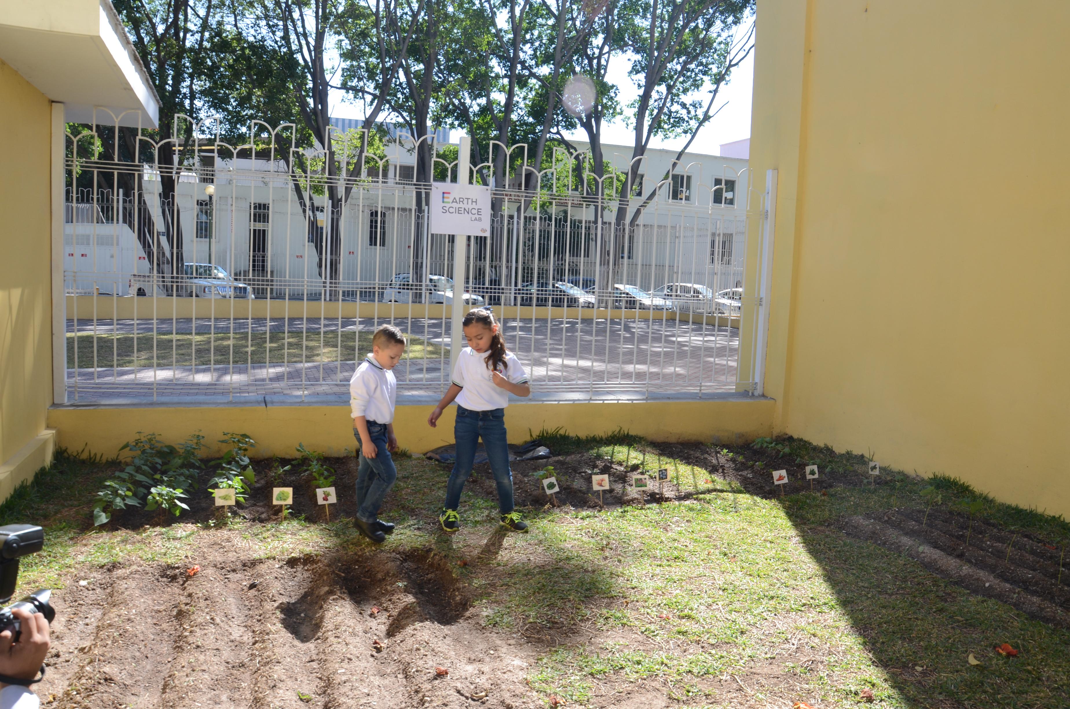 Niños del CEPAC en el huerto escolar