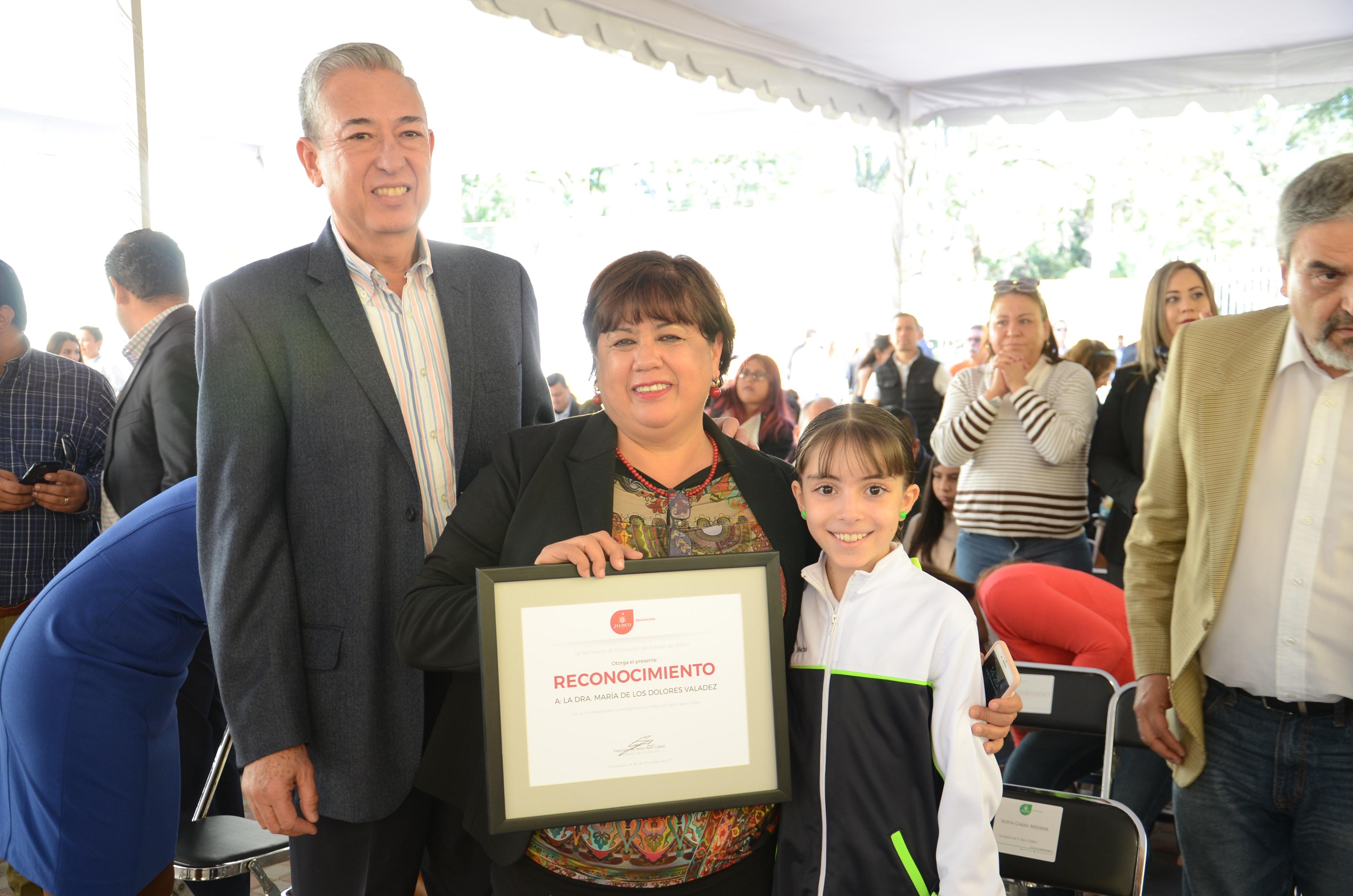 Dra. Lolita Valadez exhibe su reconocimiento en compañía del Secretario Académico del CUCS, Dr. Rogelio Zambrano
