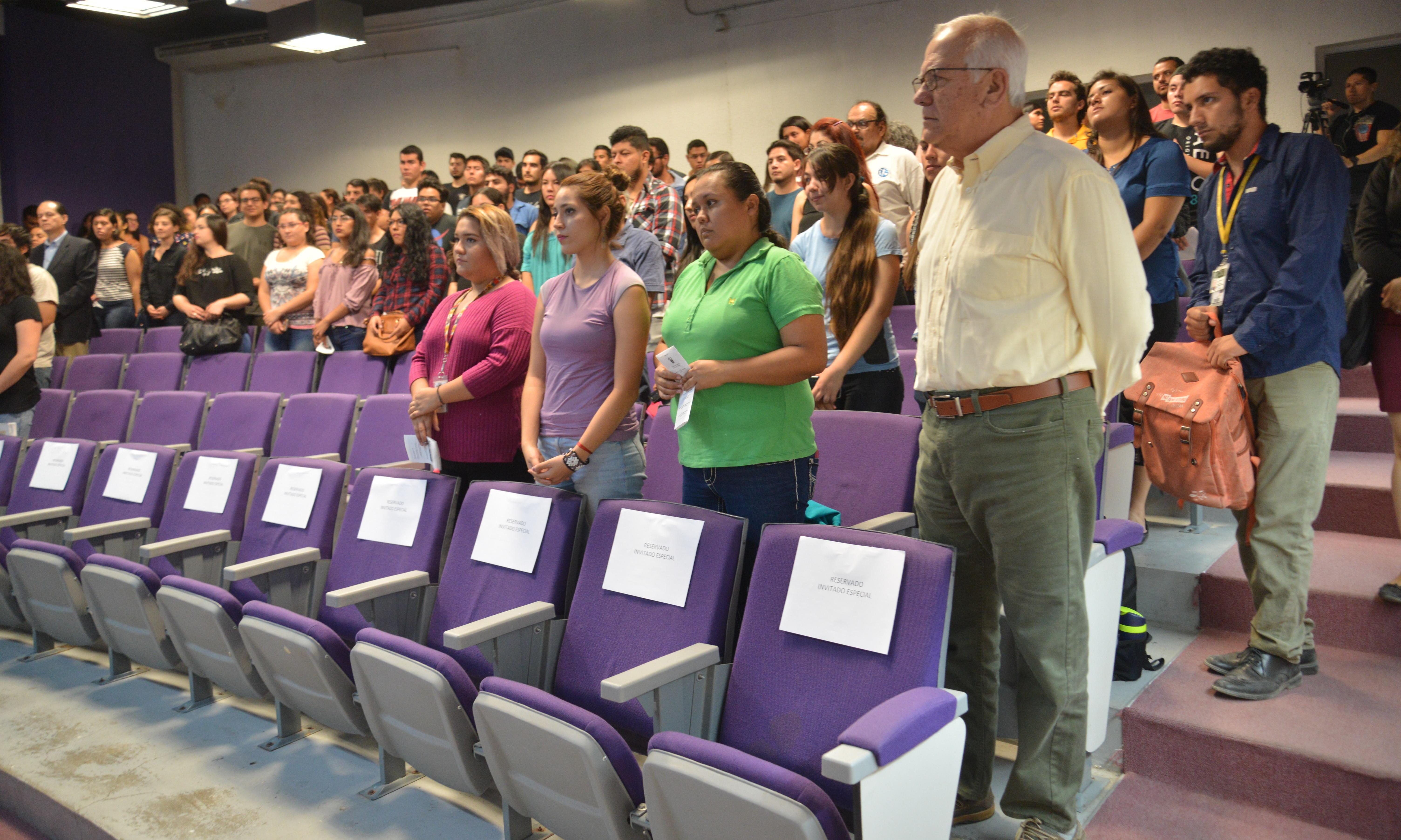 profesores y alumnos en la declaración inaugural