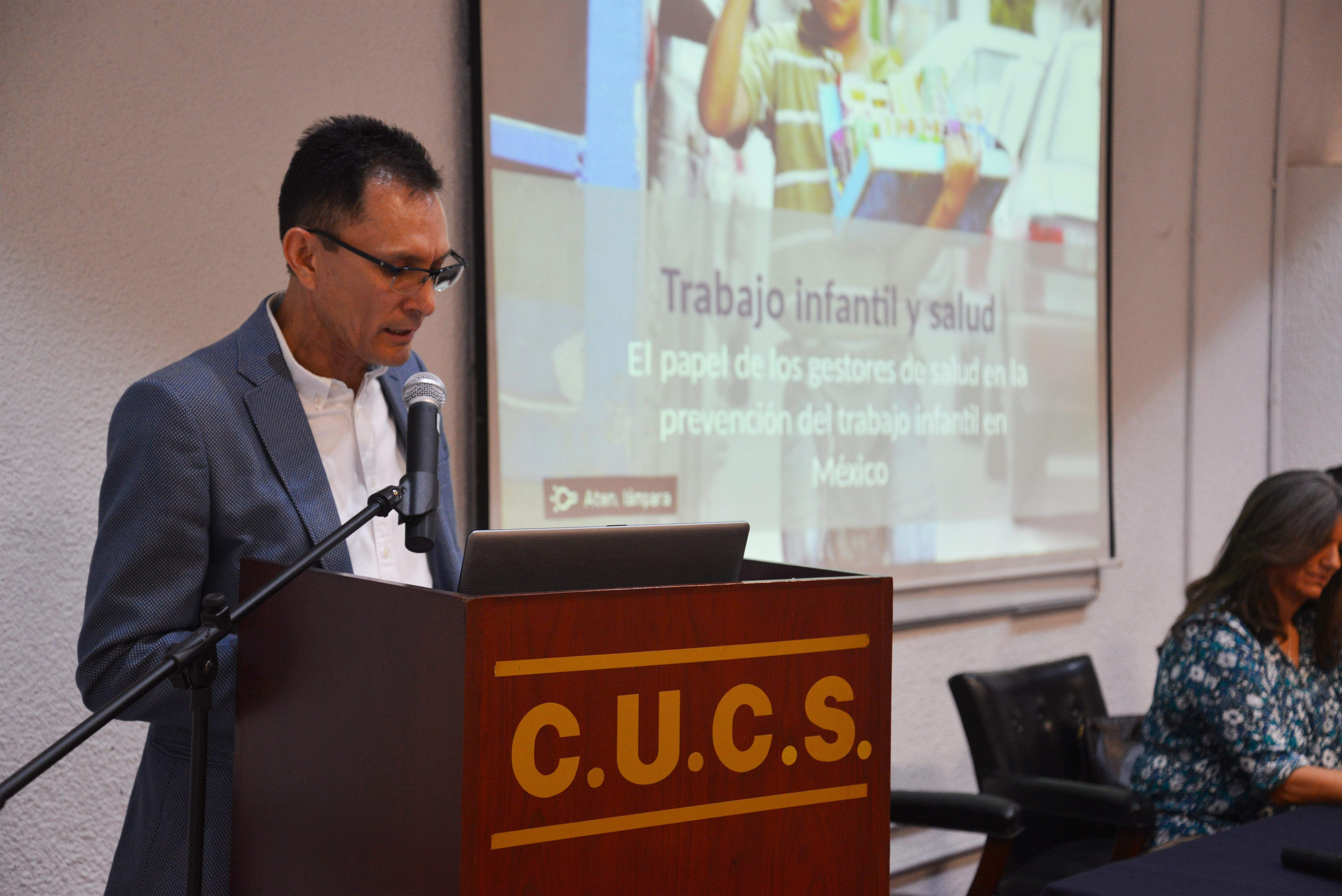Dr. Martín Acosta dando mensaje de bienvenida