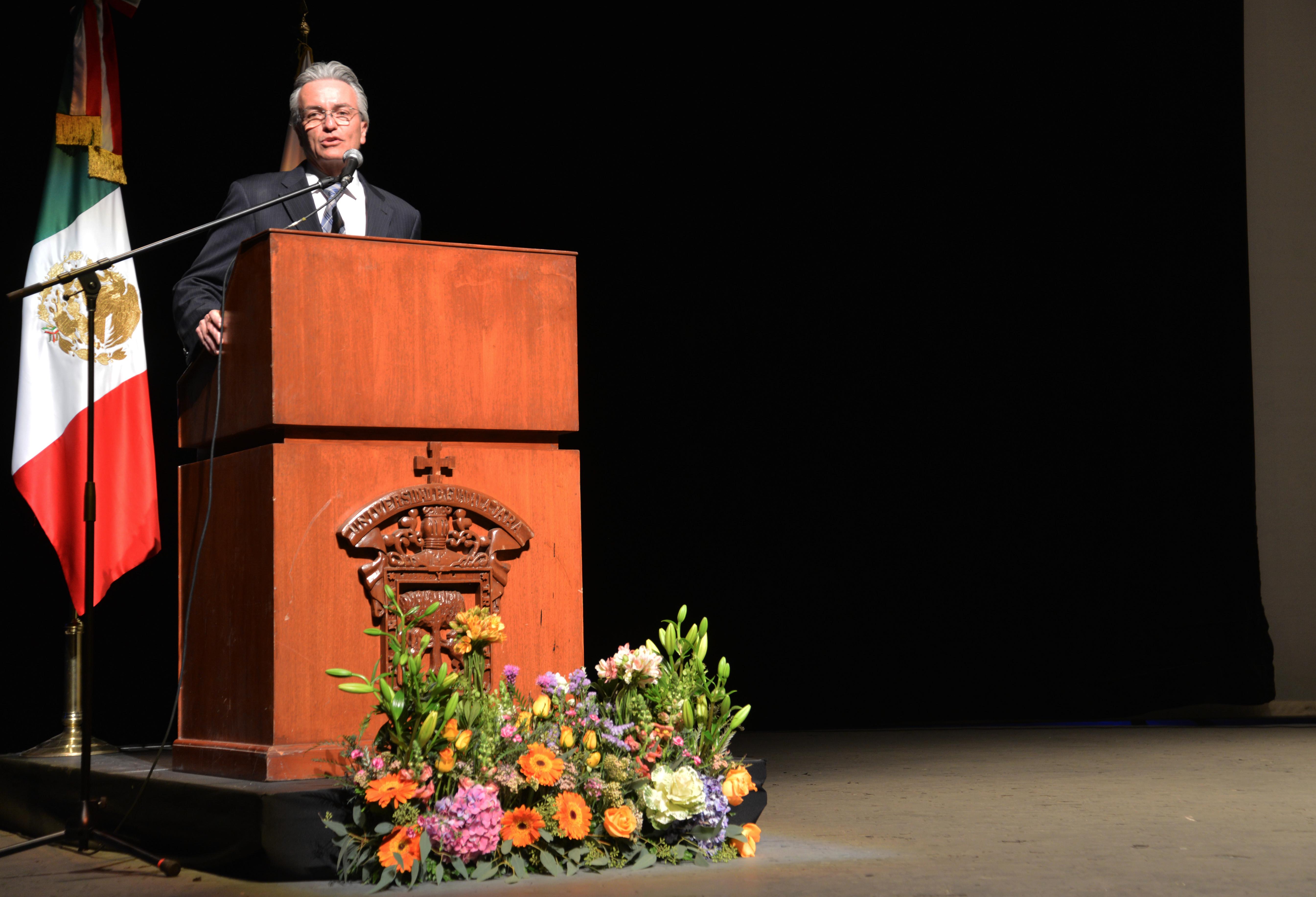 Secretario de Salud ofreciendo discurso a graduados