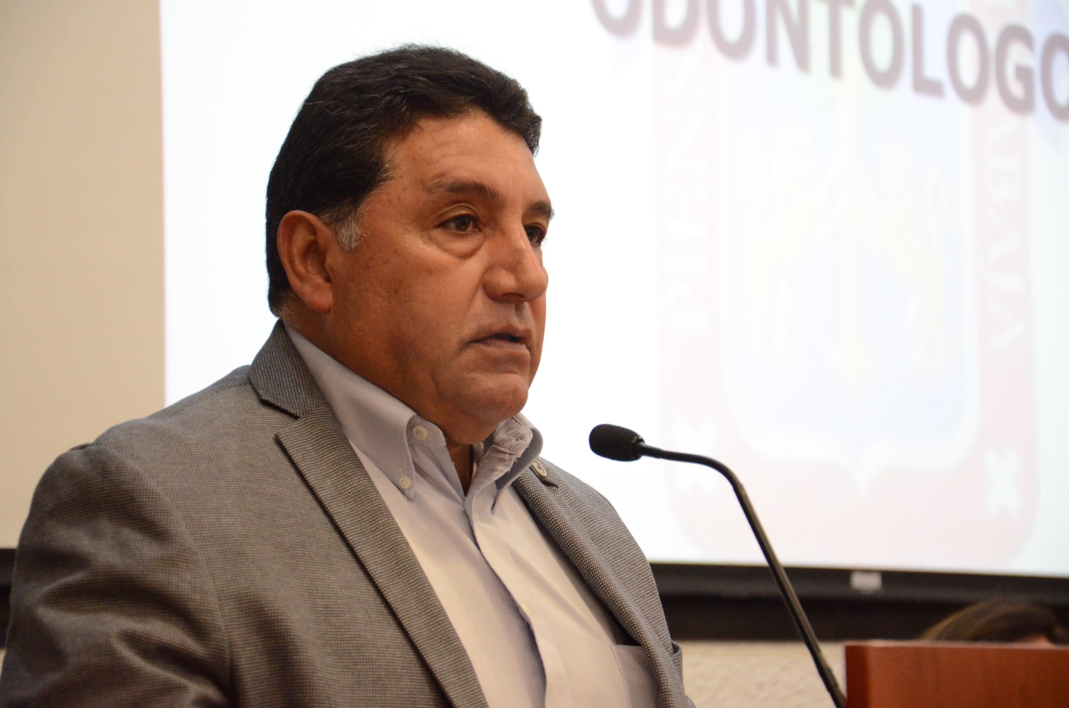 Mtro. Huber Leobardo Sandoval dando discurso en el pódium