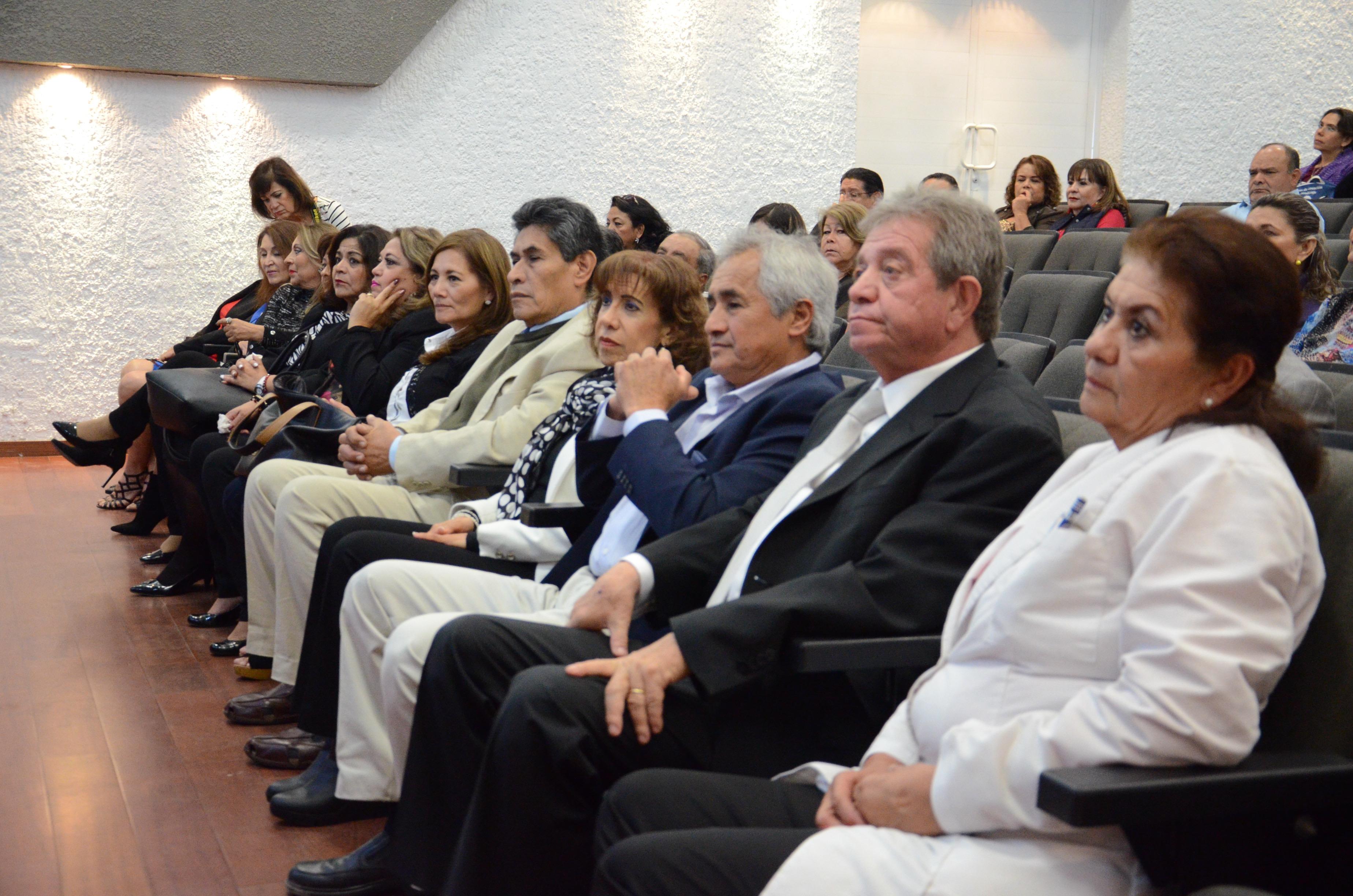 Odontólogos reconocidos sentados en las butacas del auditorio