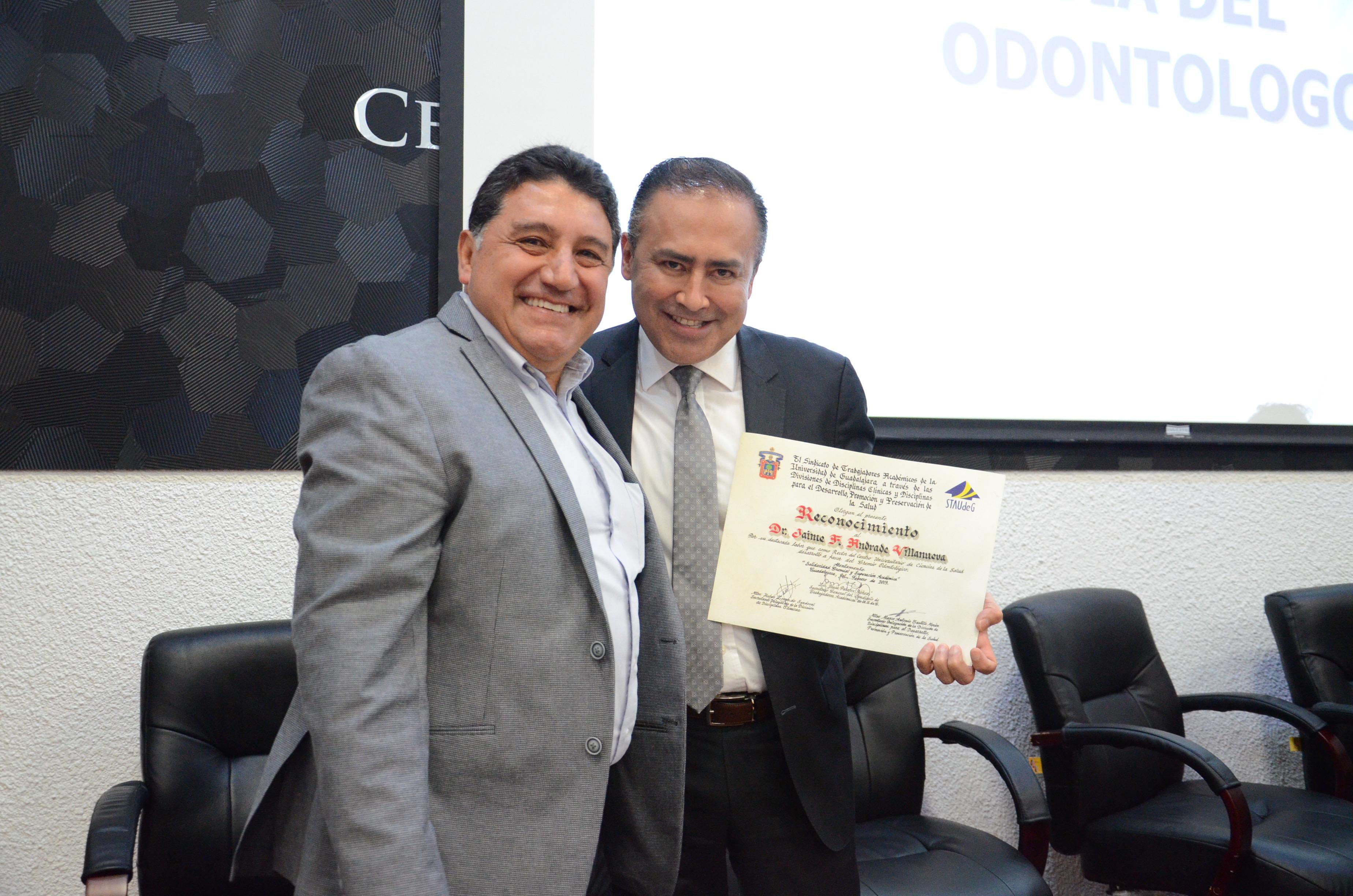 Rector del Cucs exhibe reconocimiento en compañía del secretario Delegacional del STAUdeG en CUCS