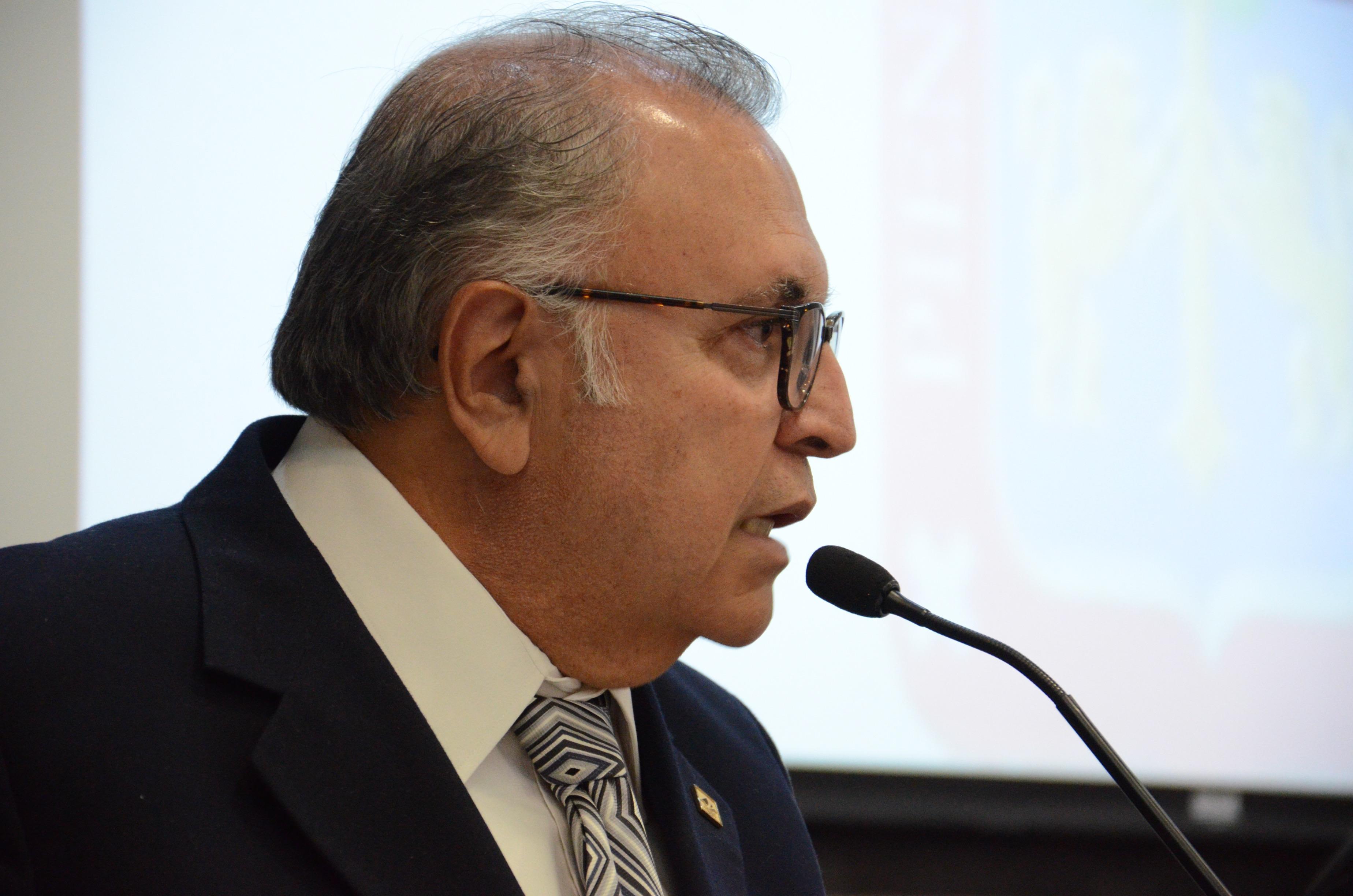 Mtro. Sergio Arturo del Hoyo dando discurso en el pódium