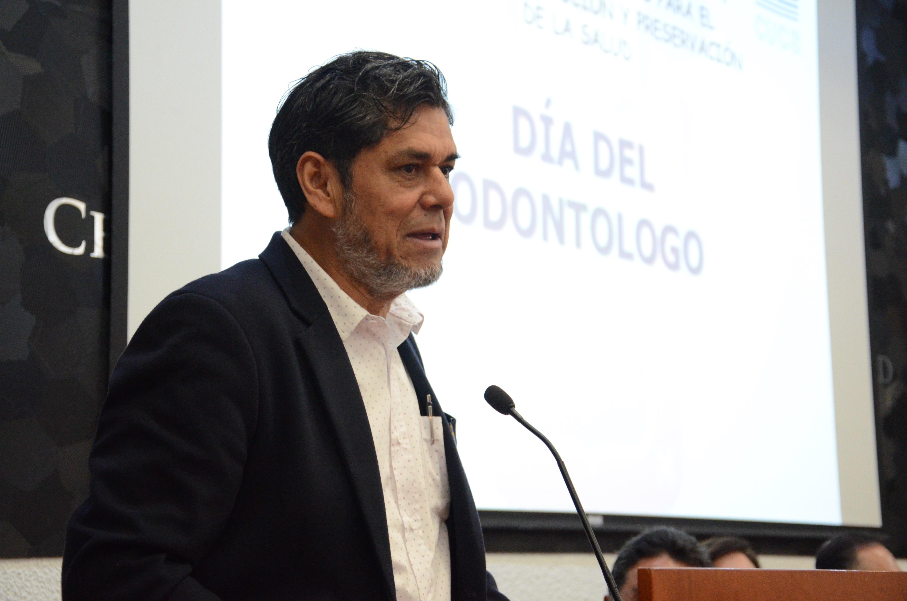 Dr. Jesús Palafox dando discurso en el pódium