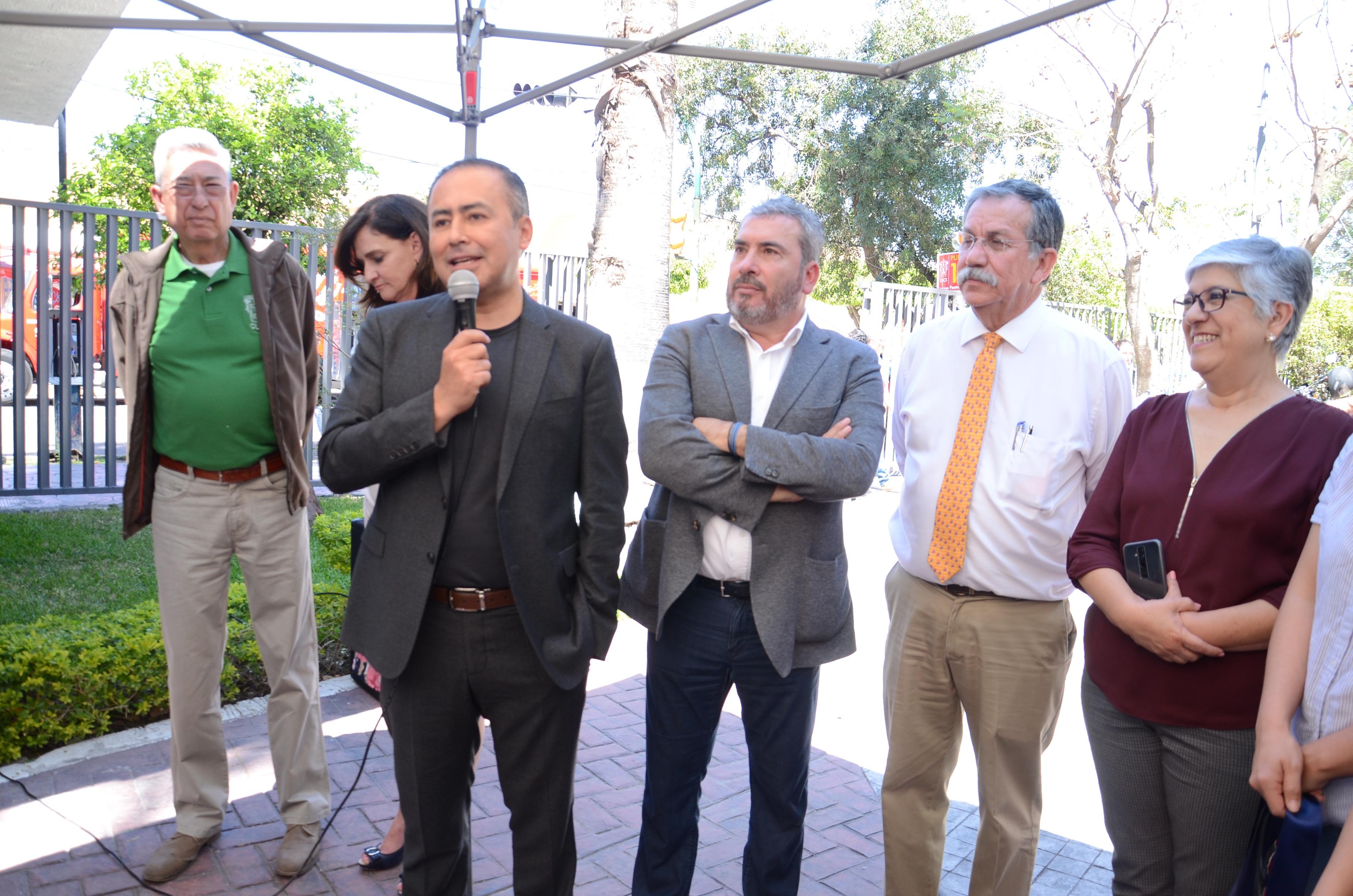 Rector del CUCS ofreciendo palabras a los trabajadores administrativos
