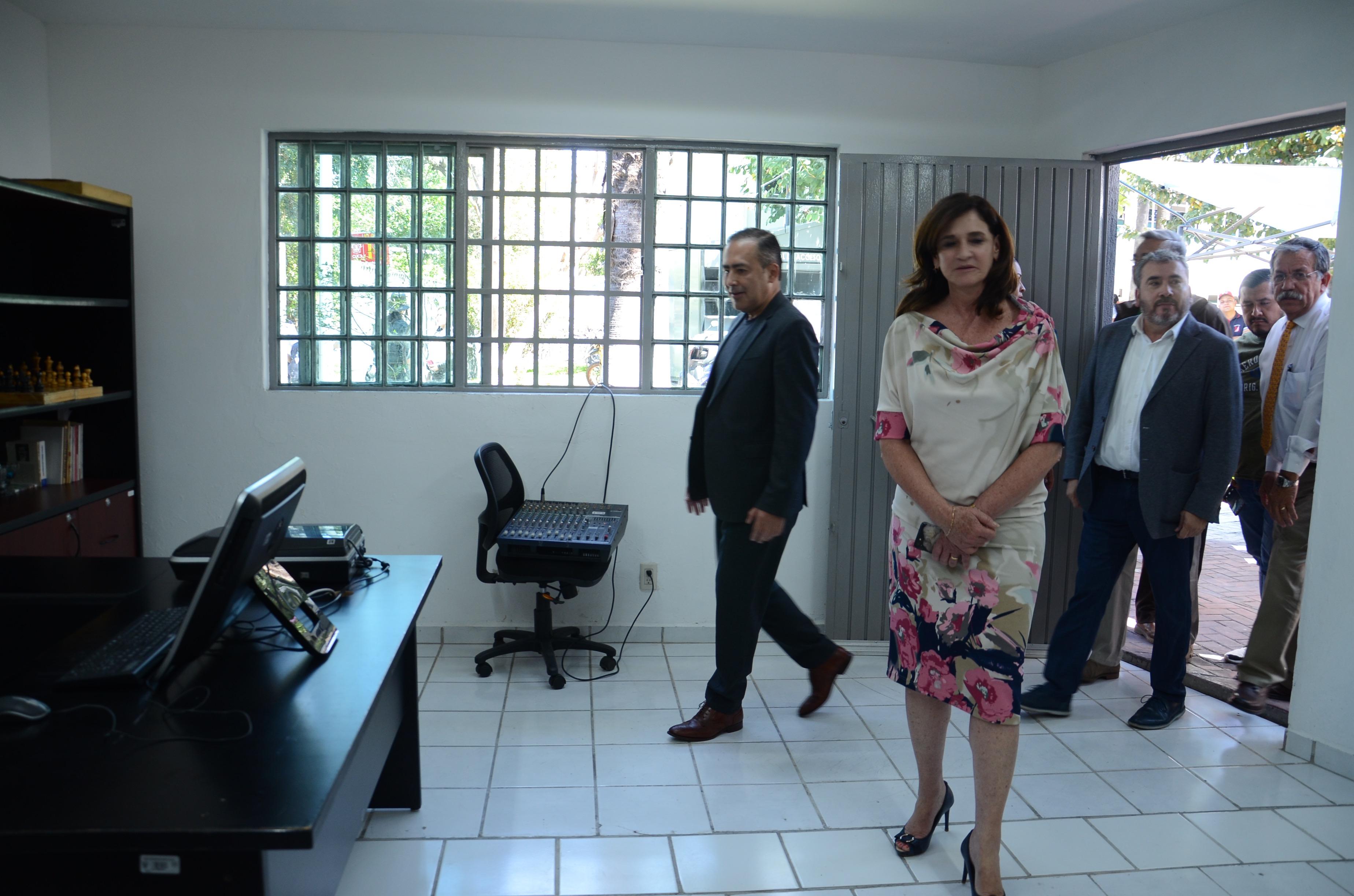 Rector recorriendo las nuevas oficinas