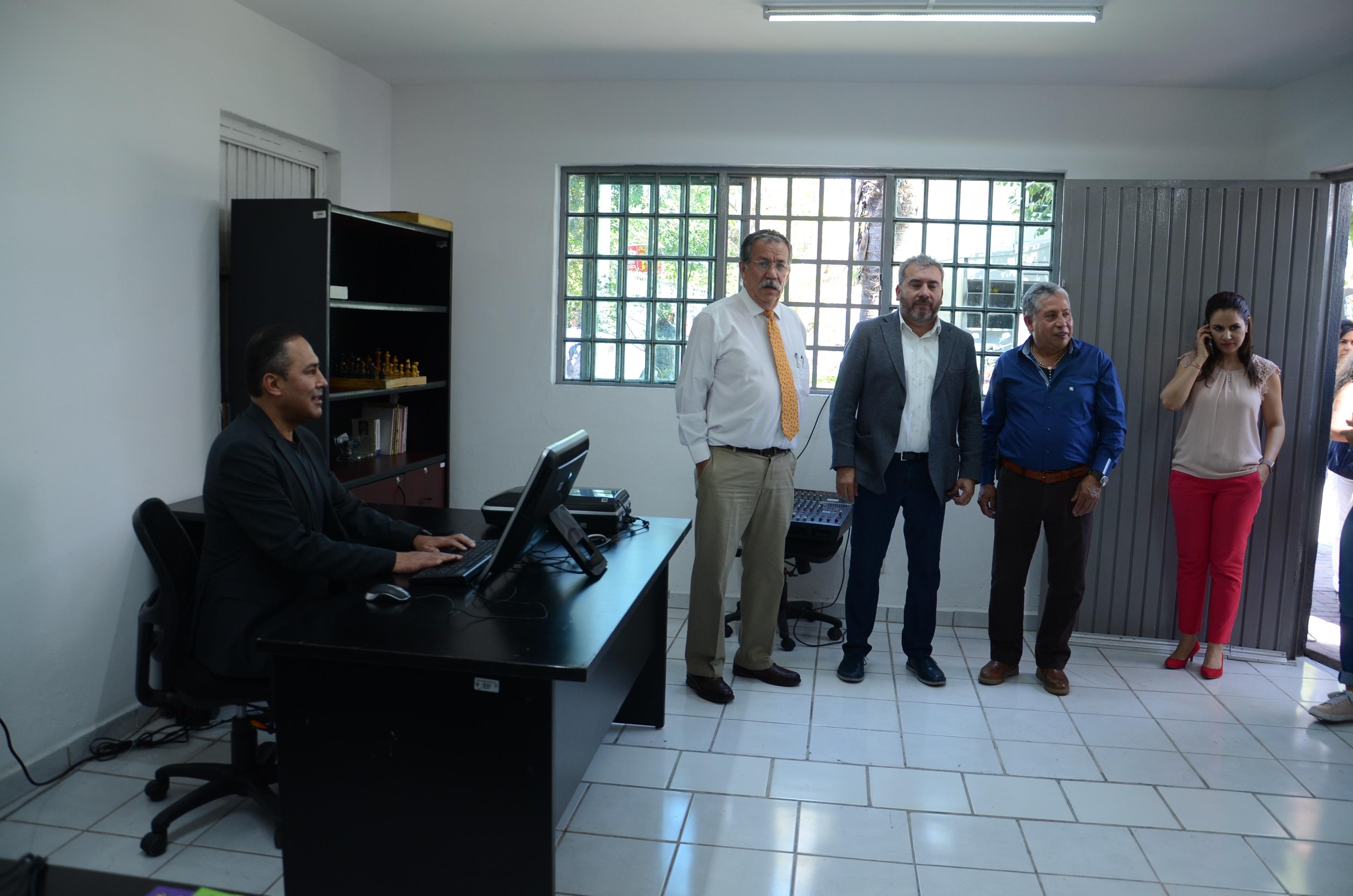 Autoridades y trabajadores observando el interior de las nuevas instalaciones