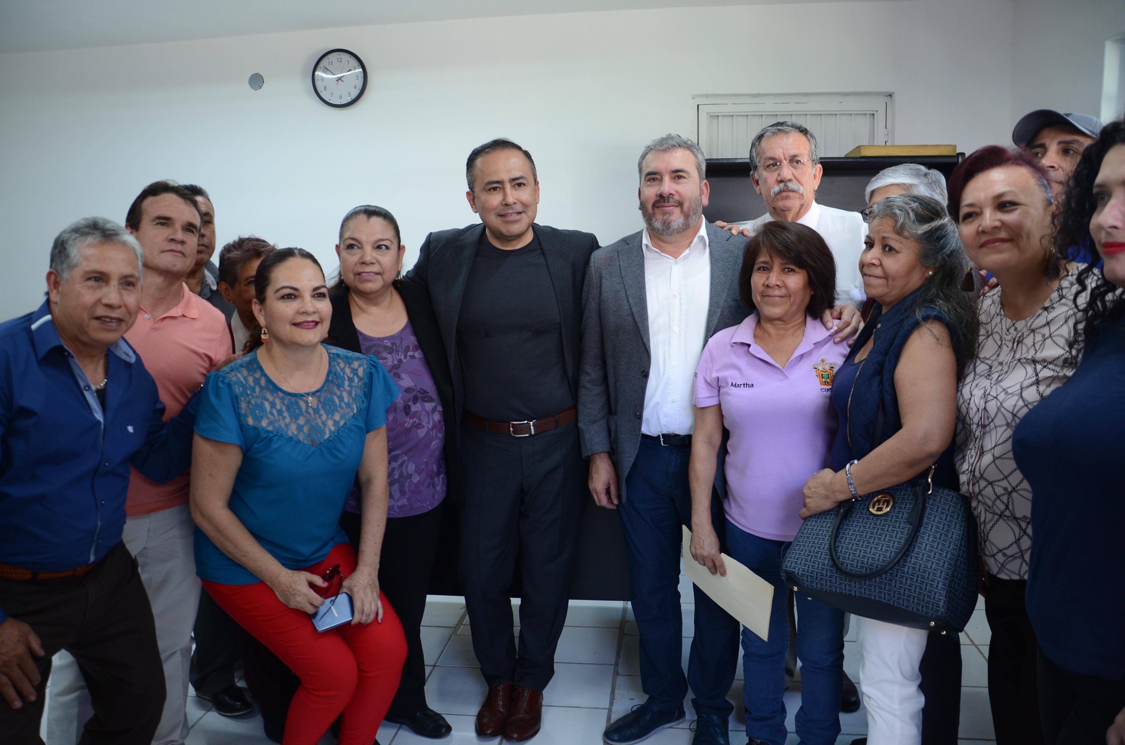 Delegación sindical en foto grupal con autoridades del CUCS