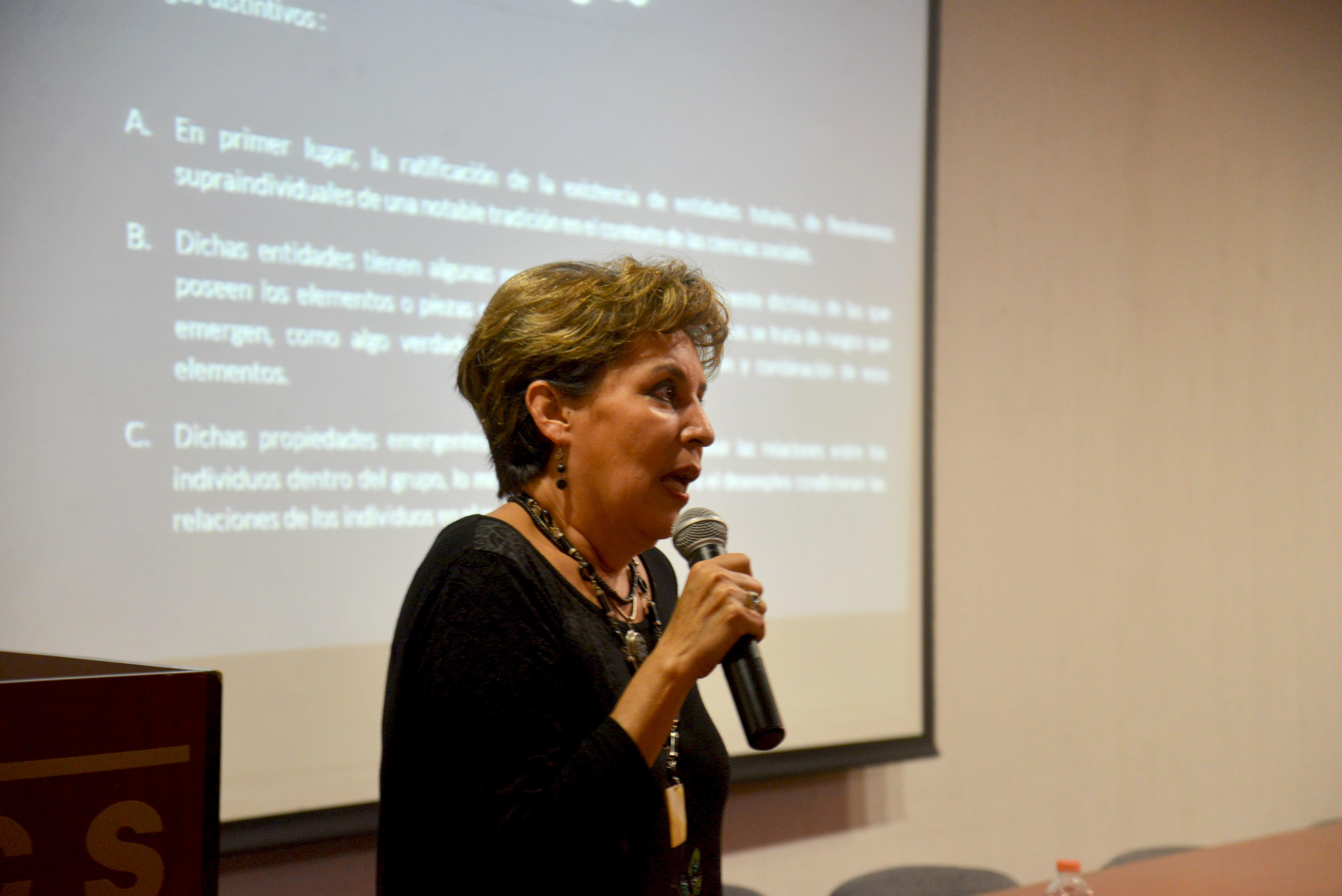 Dra Silvia Valencia dictando conferencia