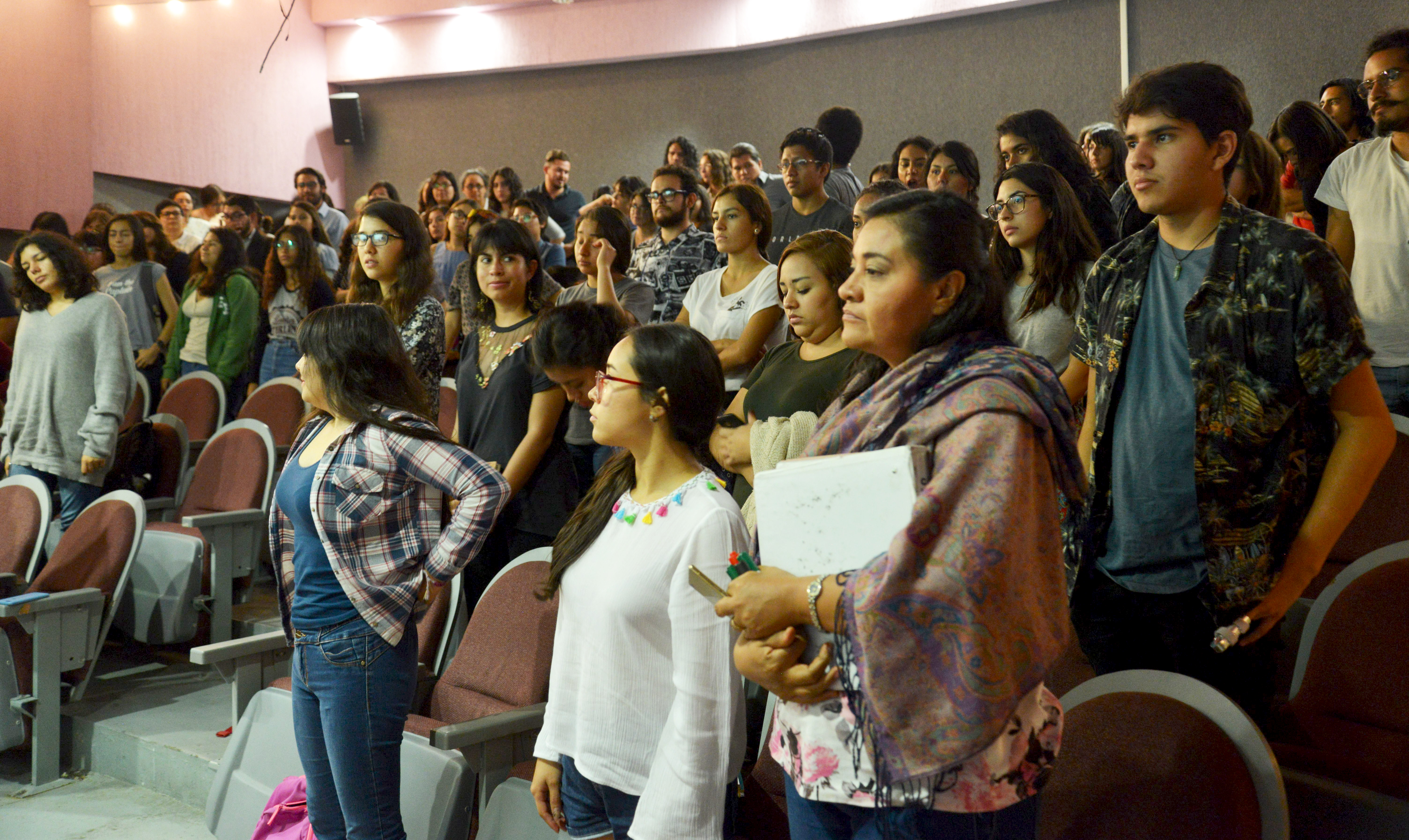Alumnos y docentes presentes (de pie)