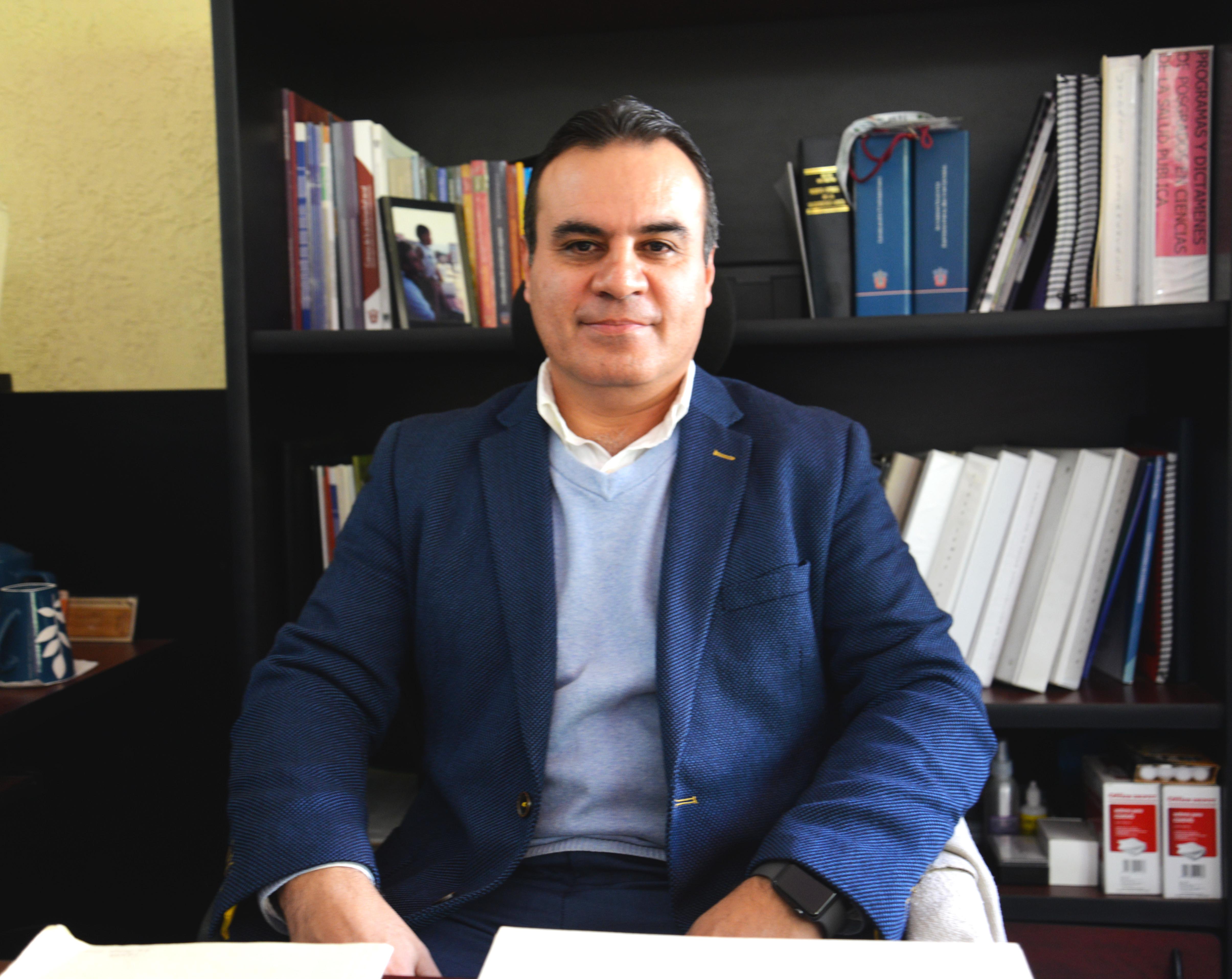 Dr. Igor Ramos Herrera posando para la foto en su oficina