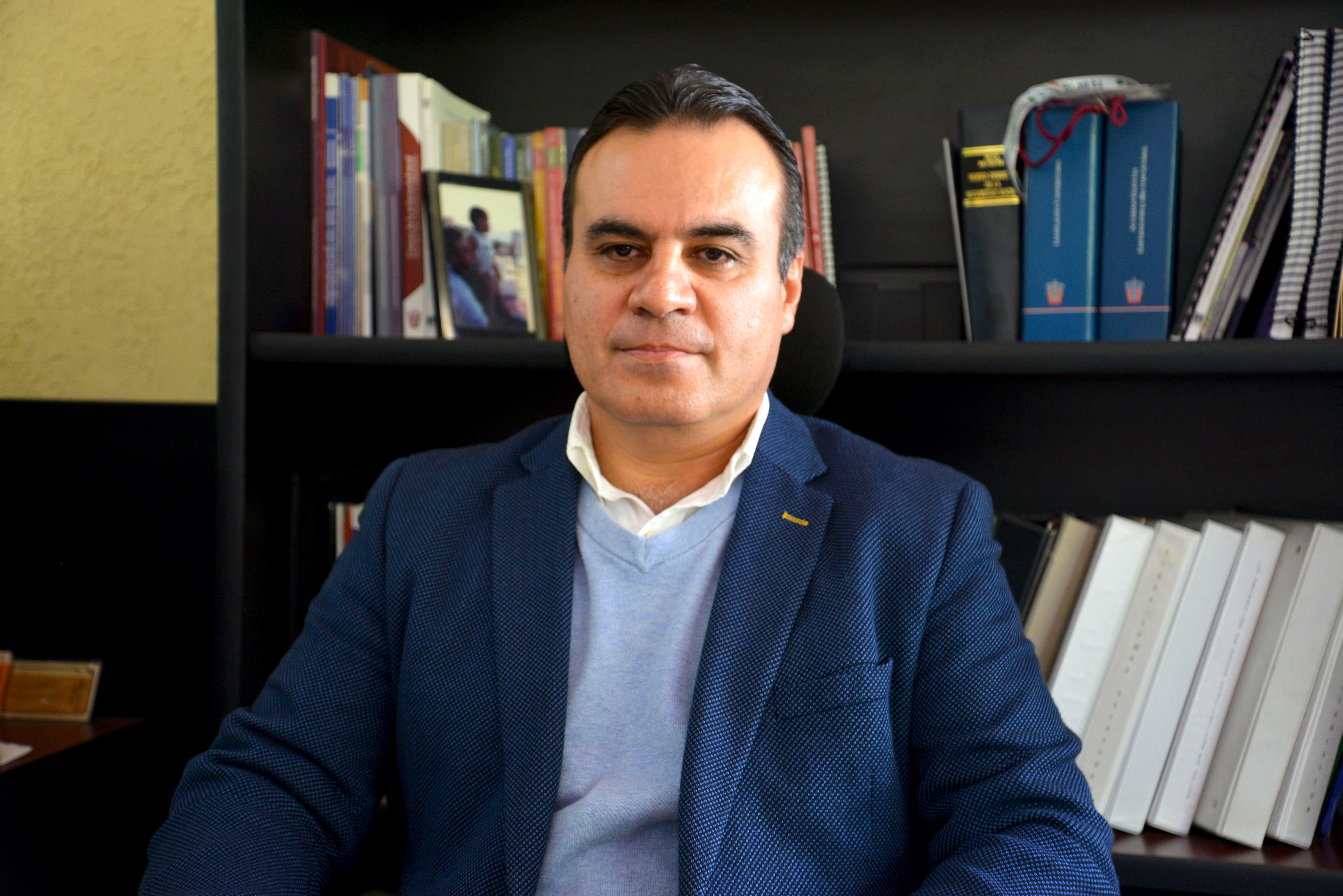 Dr. Igor Ramos Herrera posando para la foto en su oficina, de cerca