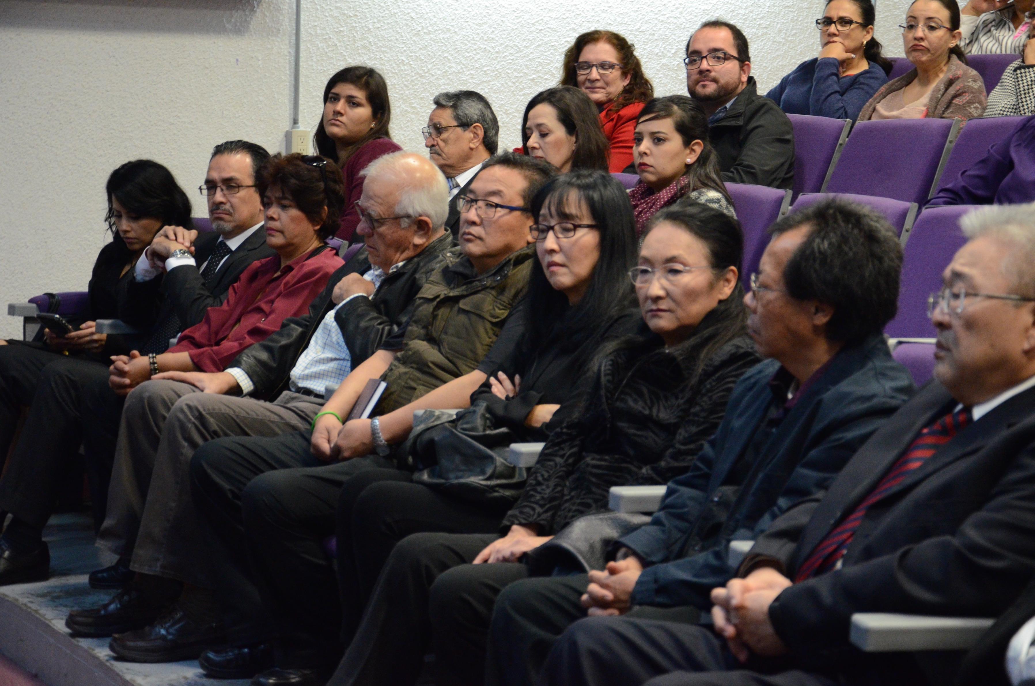 Familiares, compañeros y amigos en el Auditorio Javier García de Alba