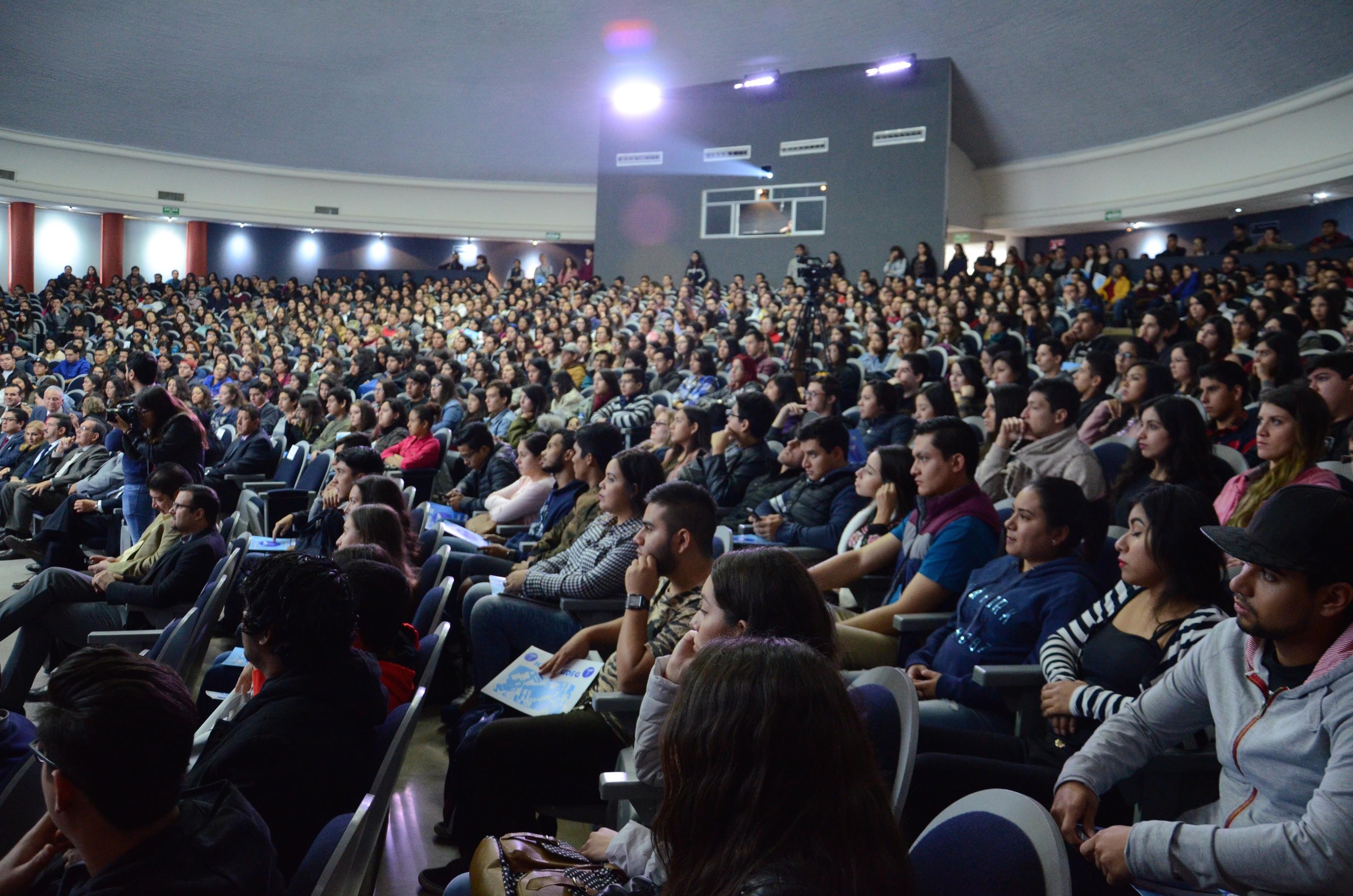 Auditorio lleno de nuevos alumnos