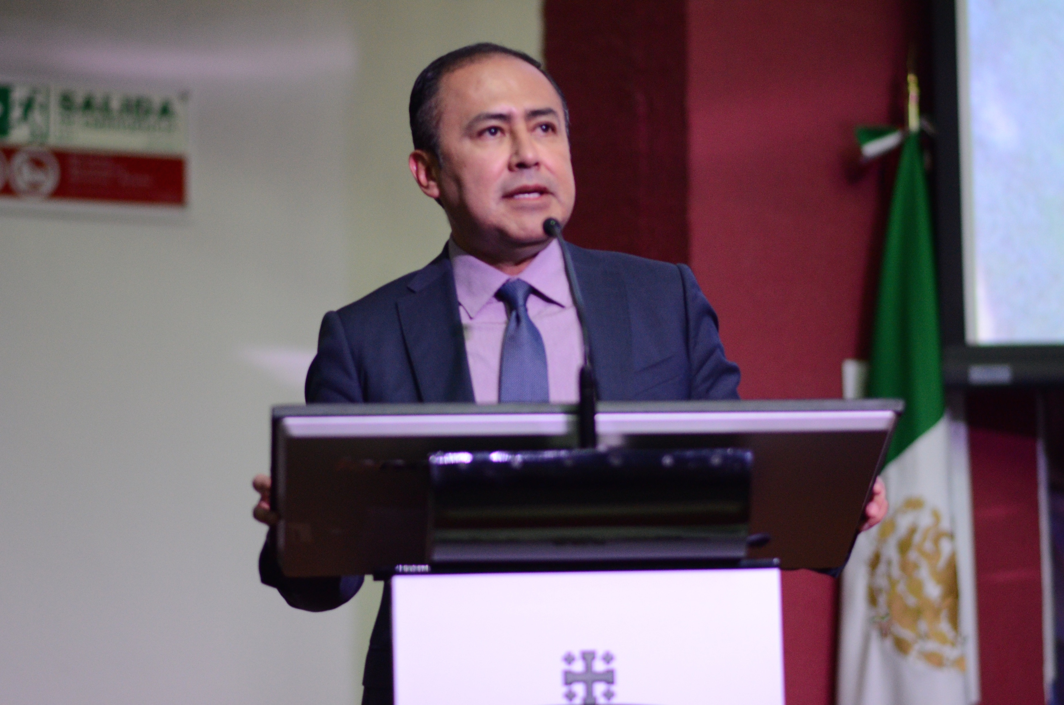 Rector del CUCS, ofreciendo discurso de bienvenida a alumnos admitidos al Calendario 2018-A