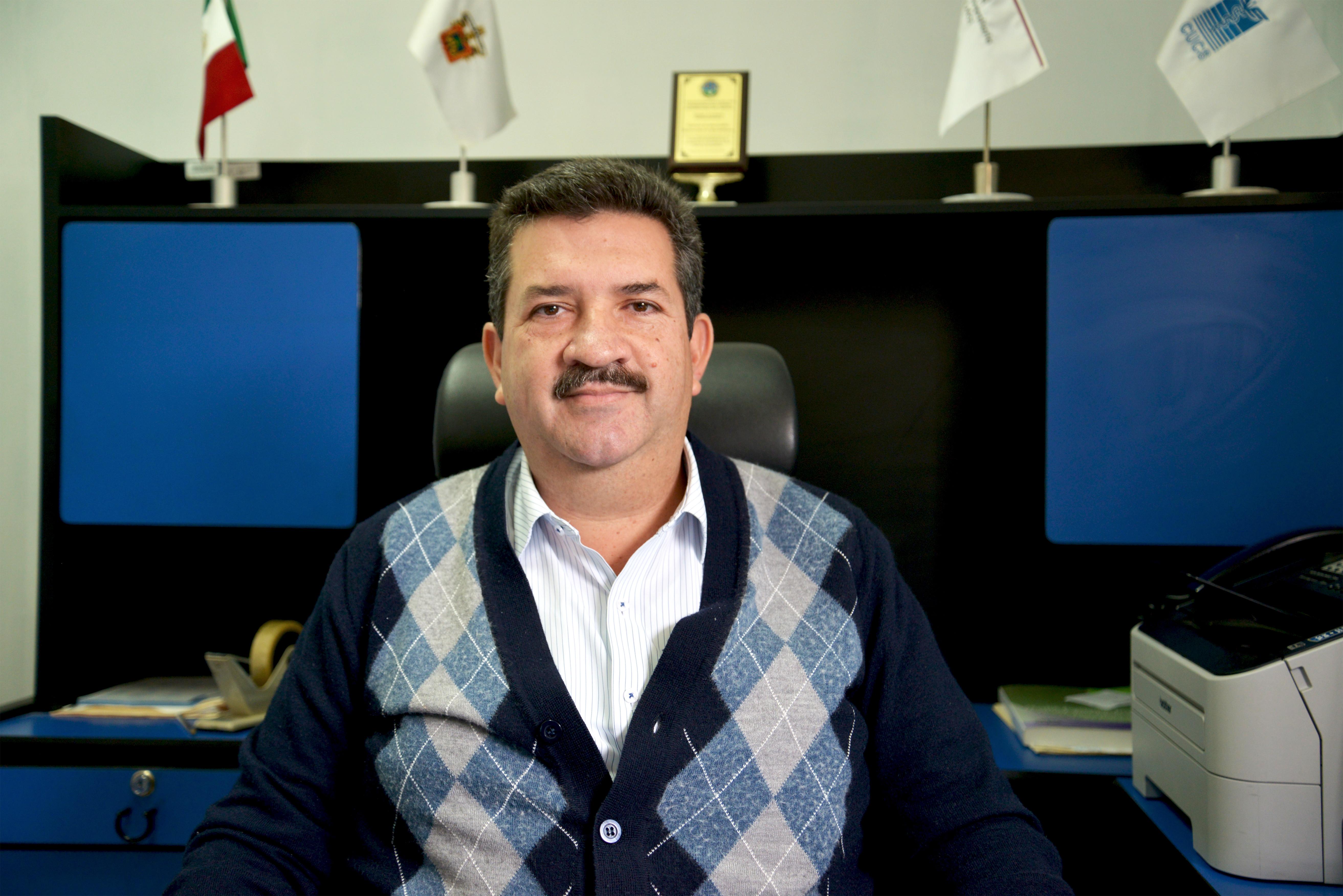 Dr. Mauricio Bañuelos, posa para la foto en su oficina