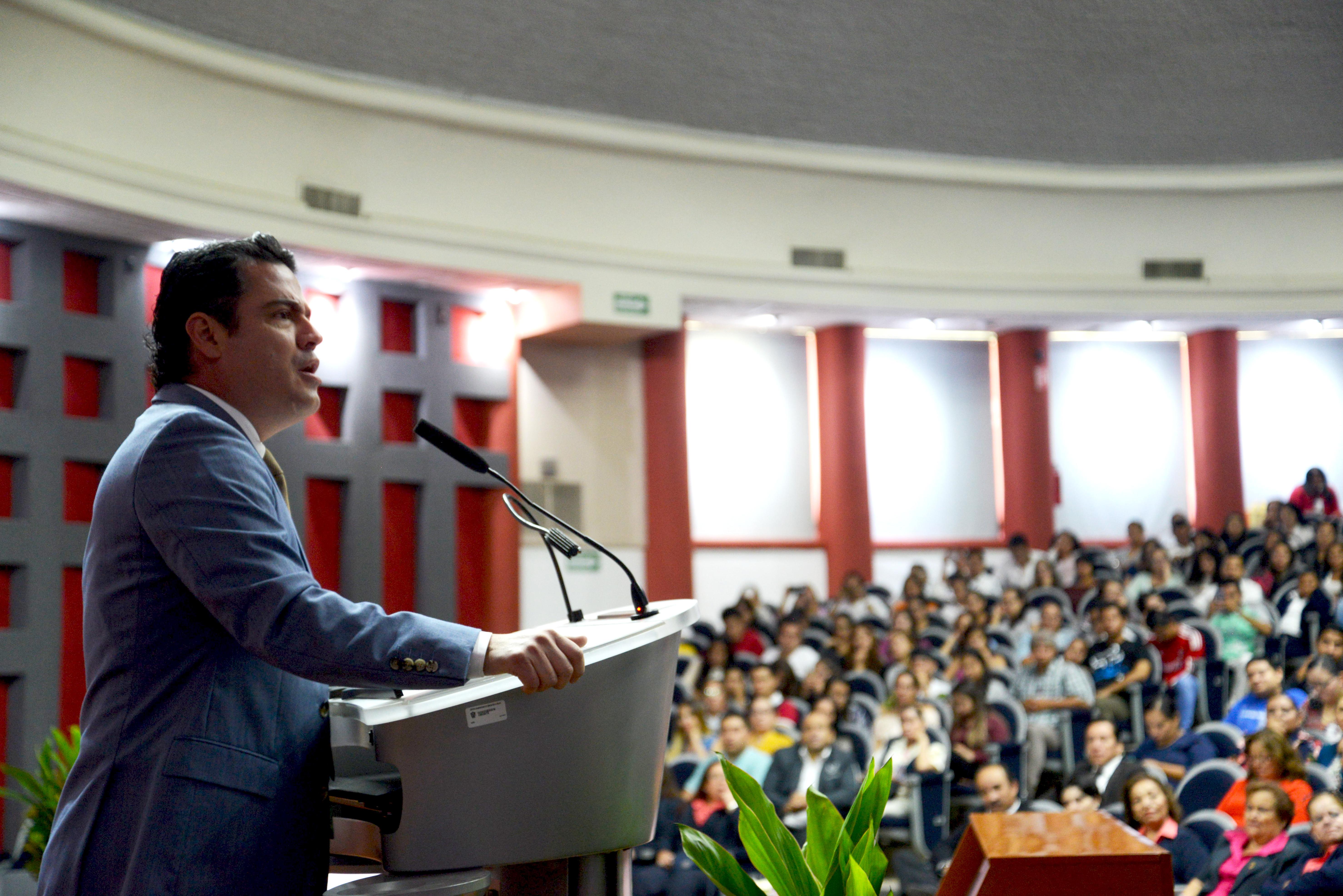 Gobernador de Jalisco inaugurando foro