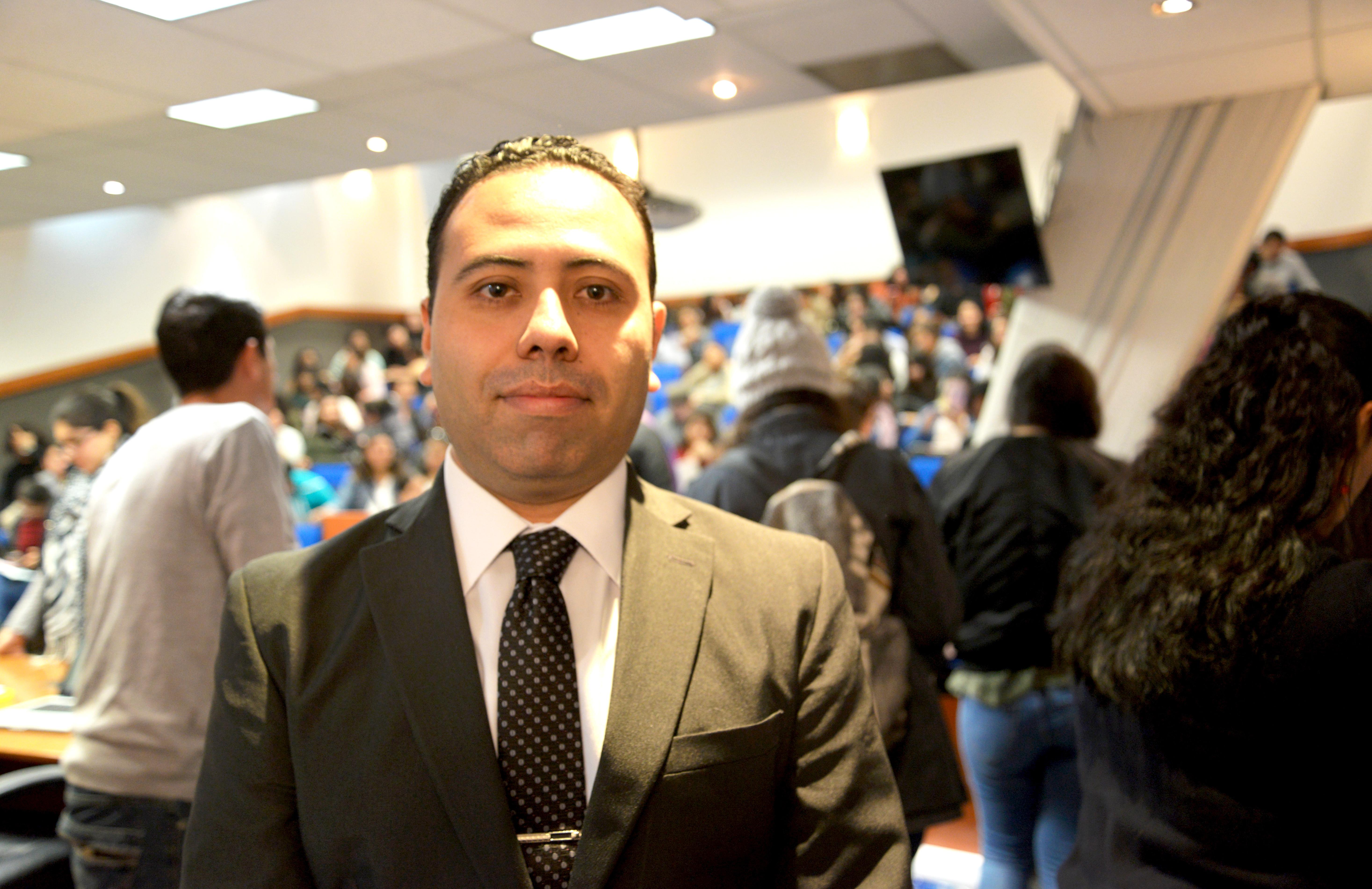 Dr. Daniel Román Rojas en el auditorio de Patología