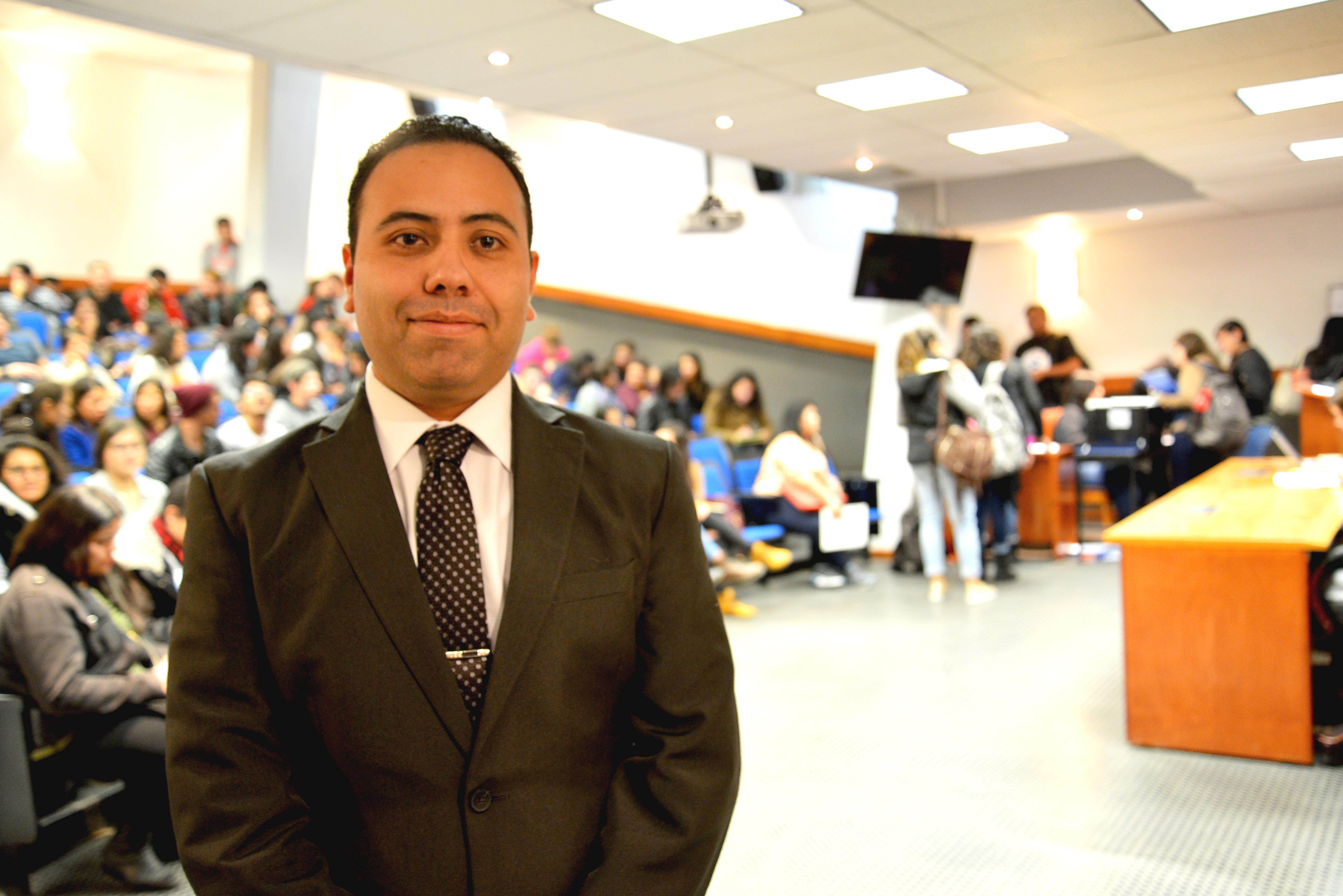 Dr. Daniel Román en el auditorio de Patología 2