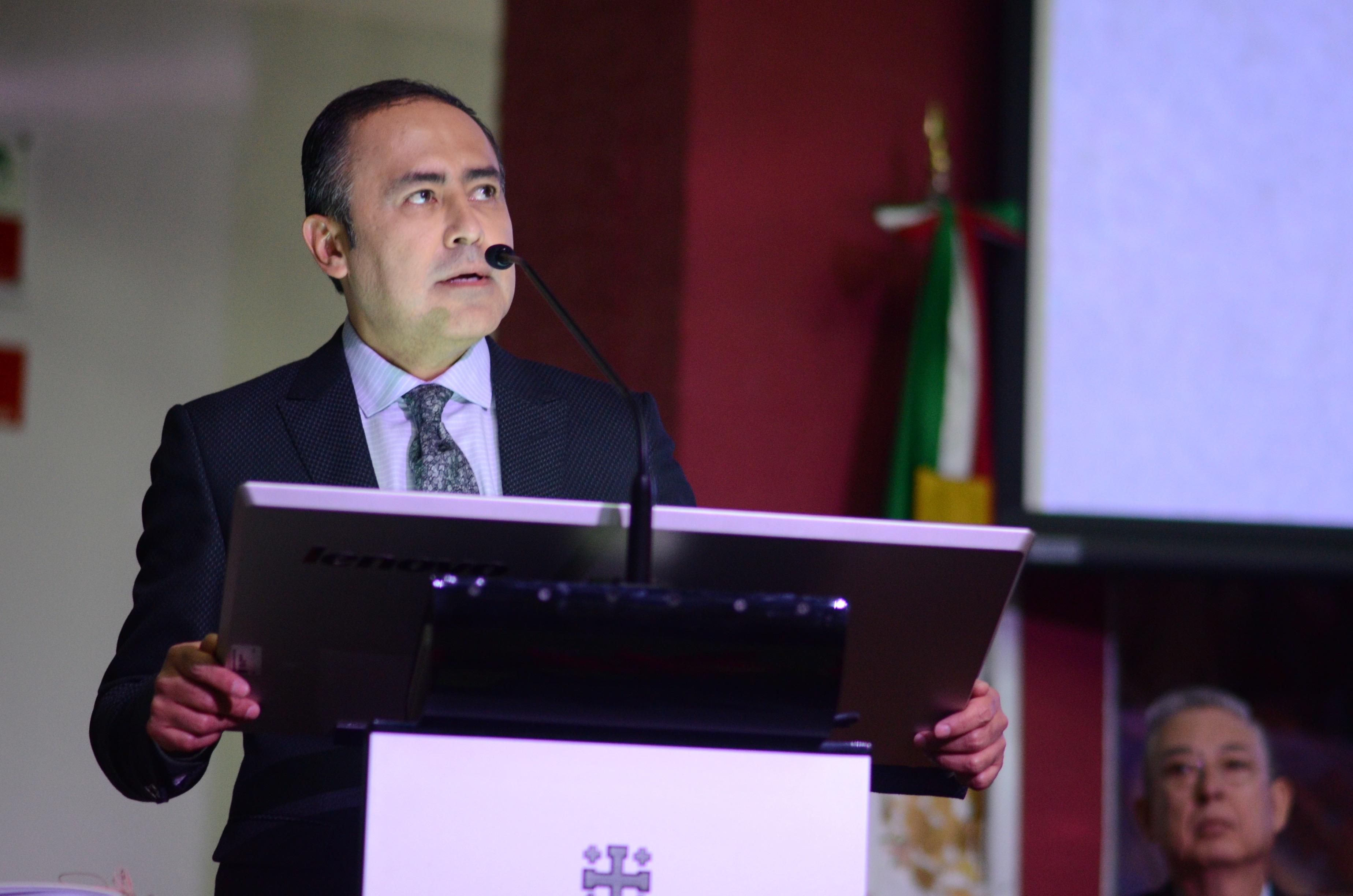 Dr. Jaime Andrade rindiendo su informe de actividades