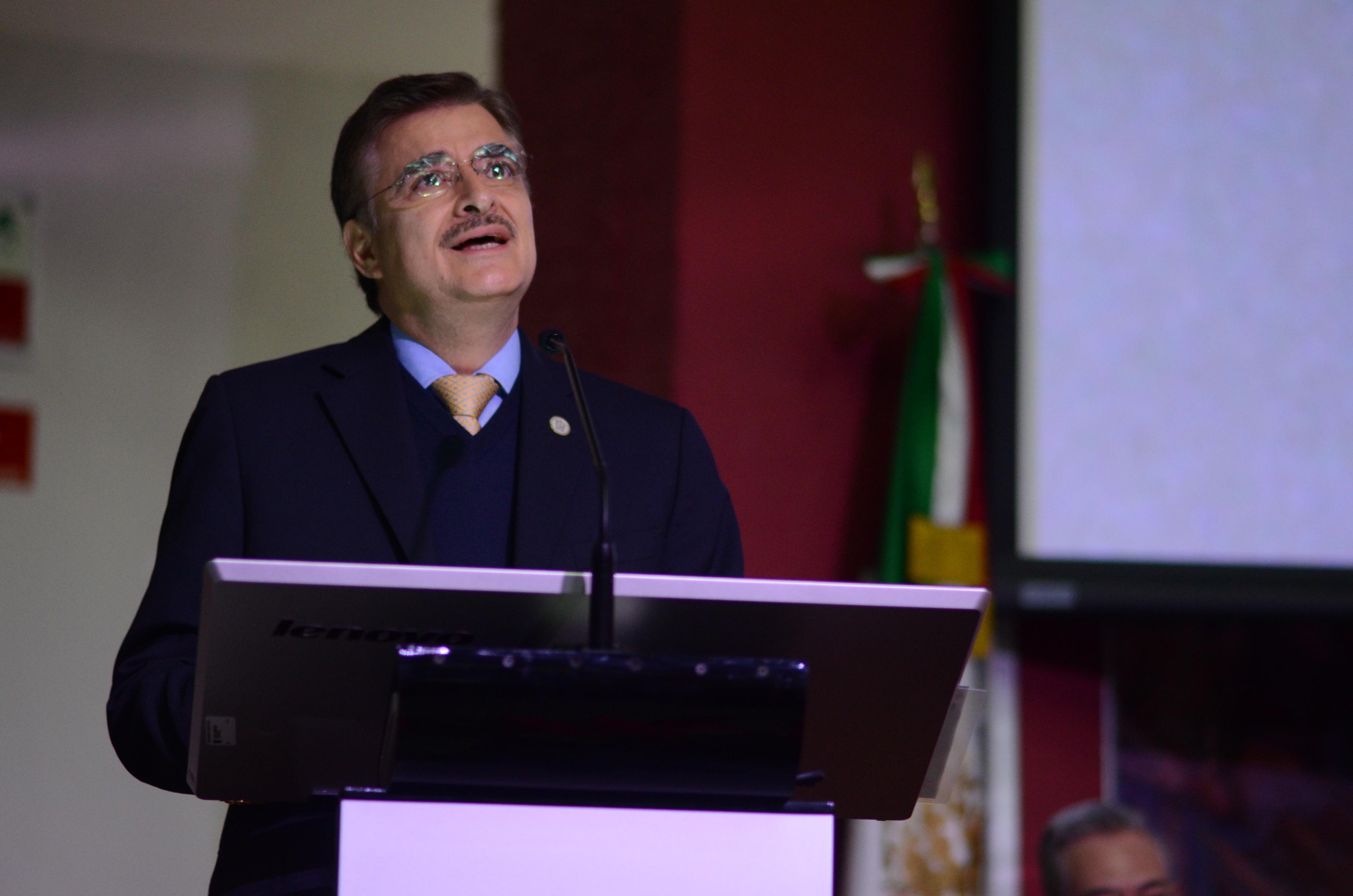 Rector General comentando informe del rector del CUCS