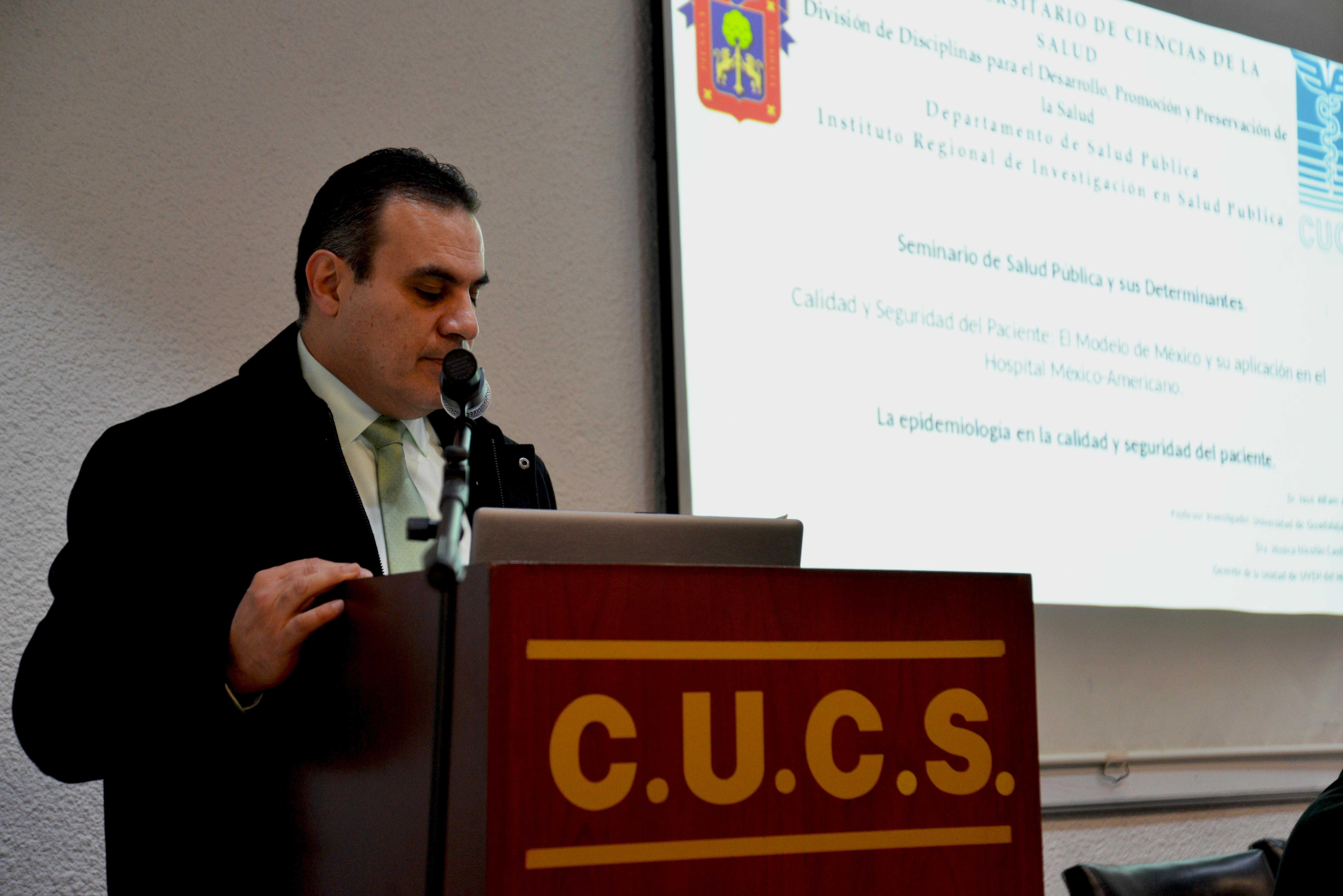 Dr. Igor Ramos al micrófono dando mensaje de bienvenida