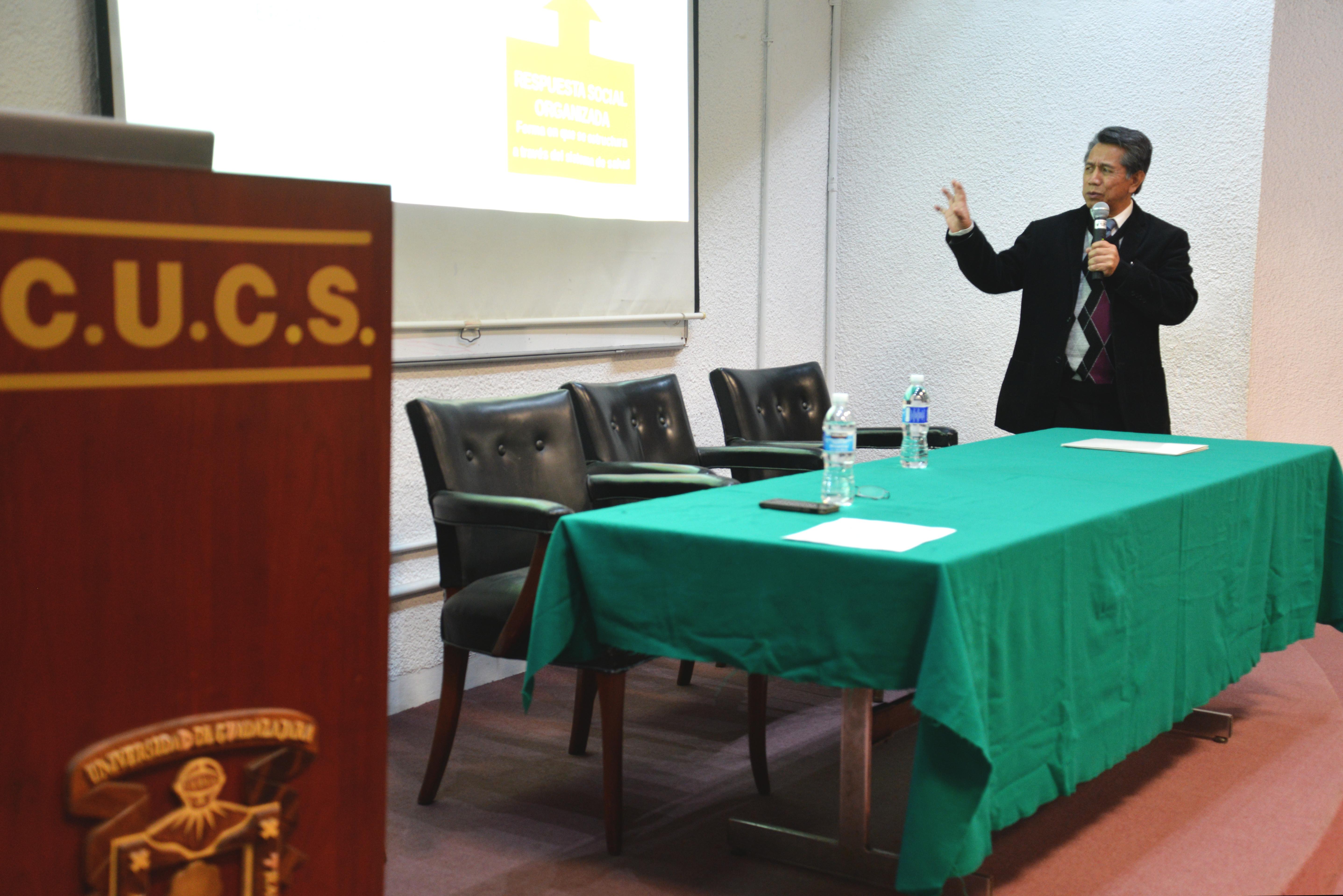 Dr. Noé Alfaro exponiendo su conferencia