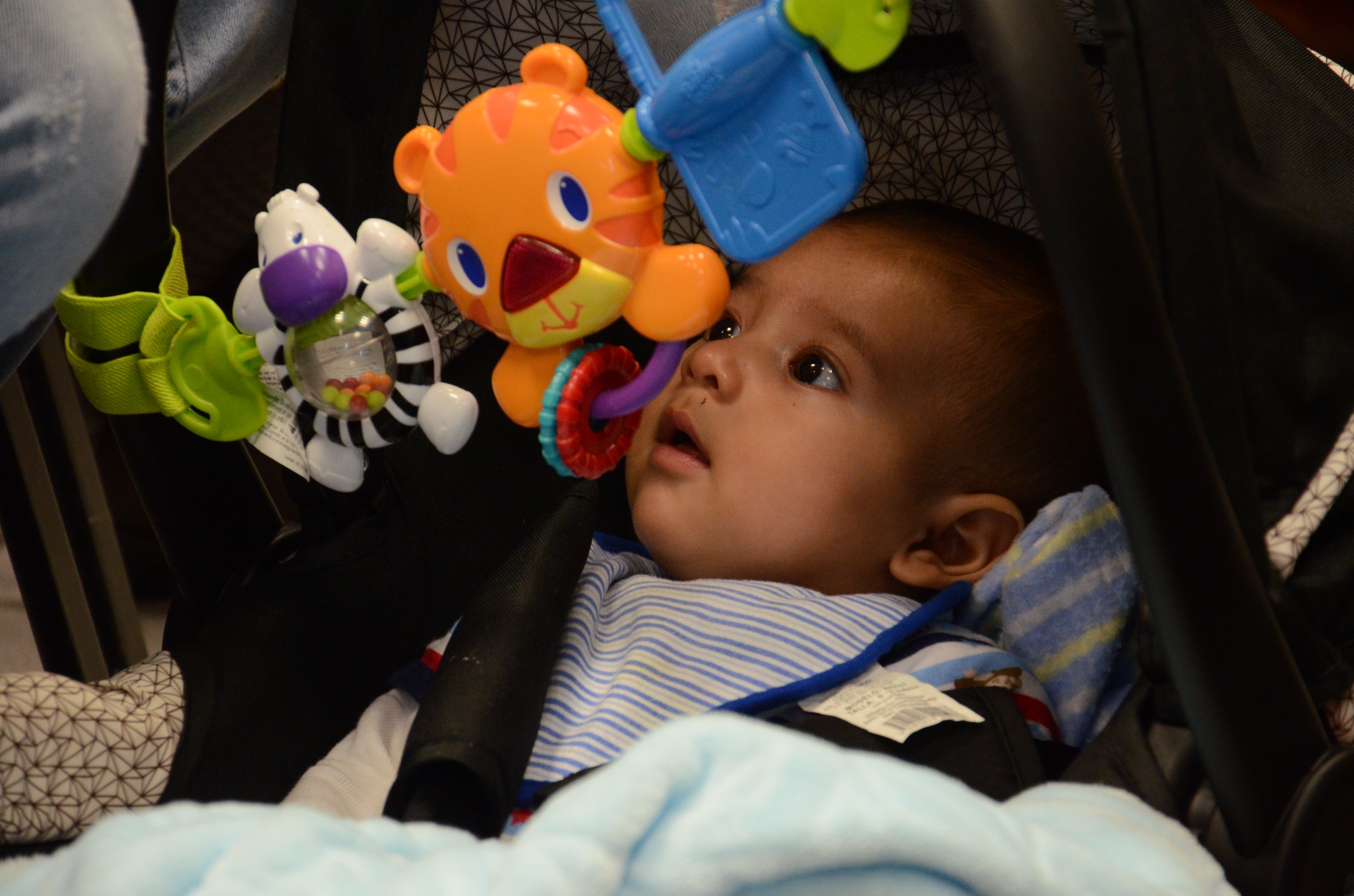 Bebé juando con sus móviles colgantes