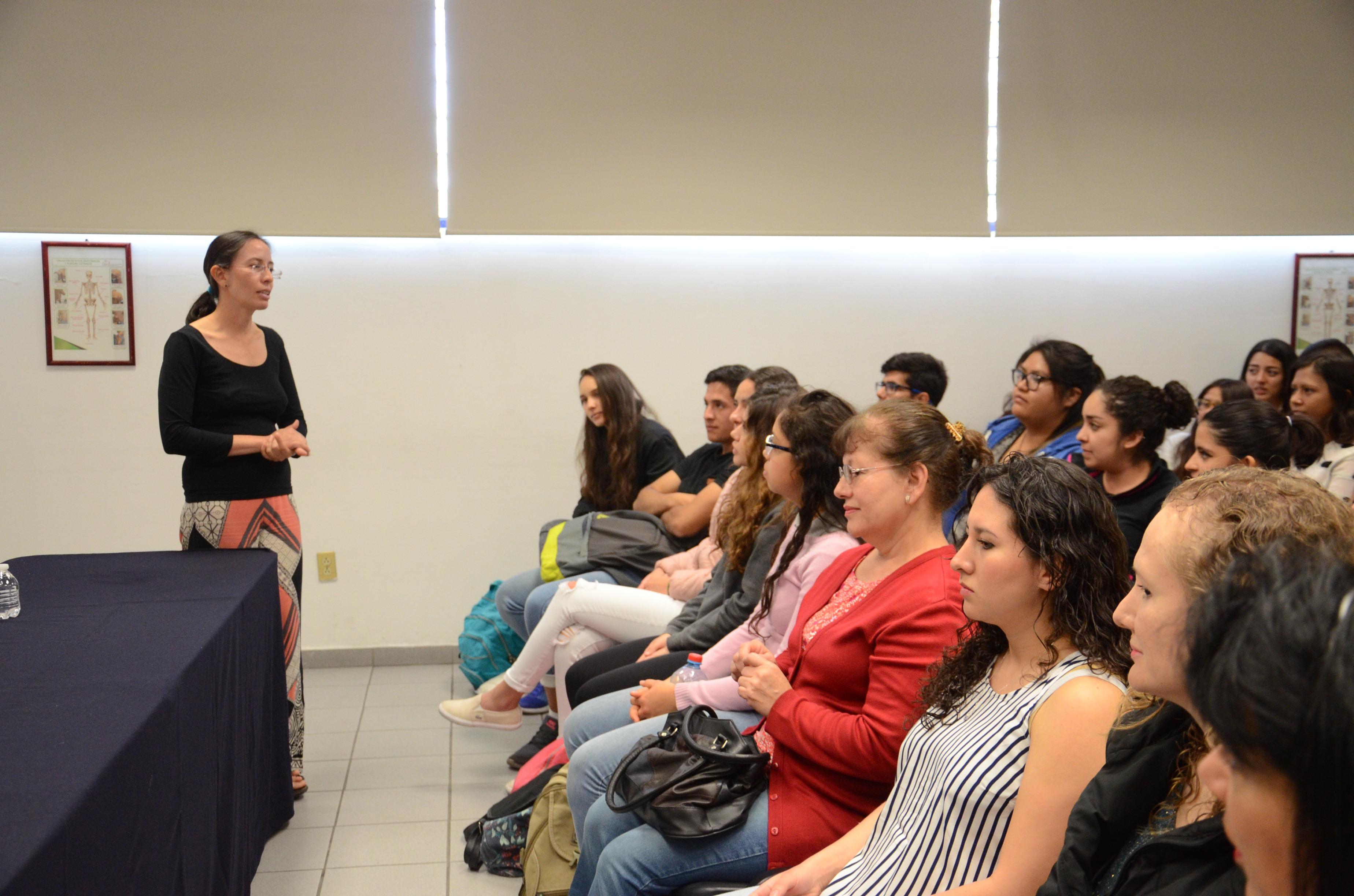Dra. Ana Sandoval impartiendo el curso