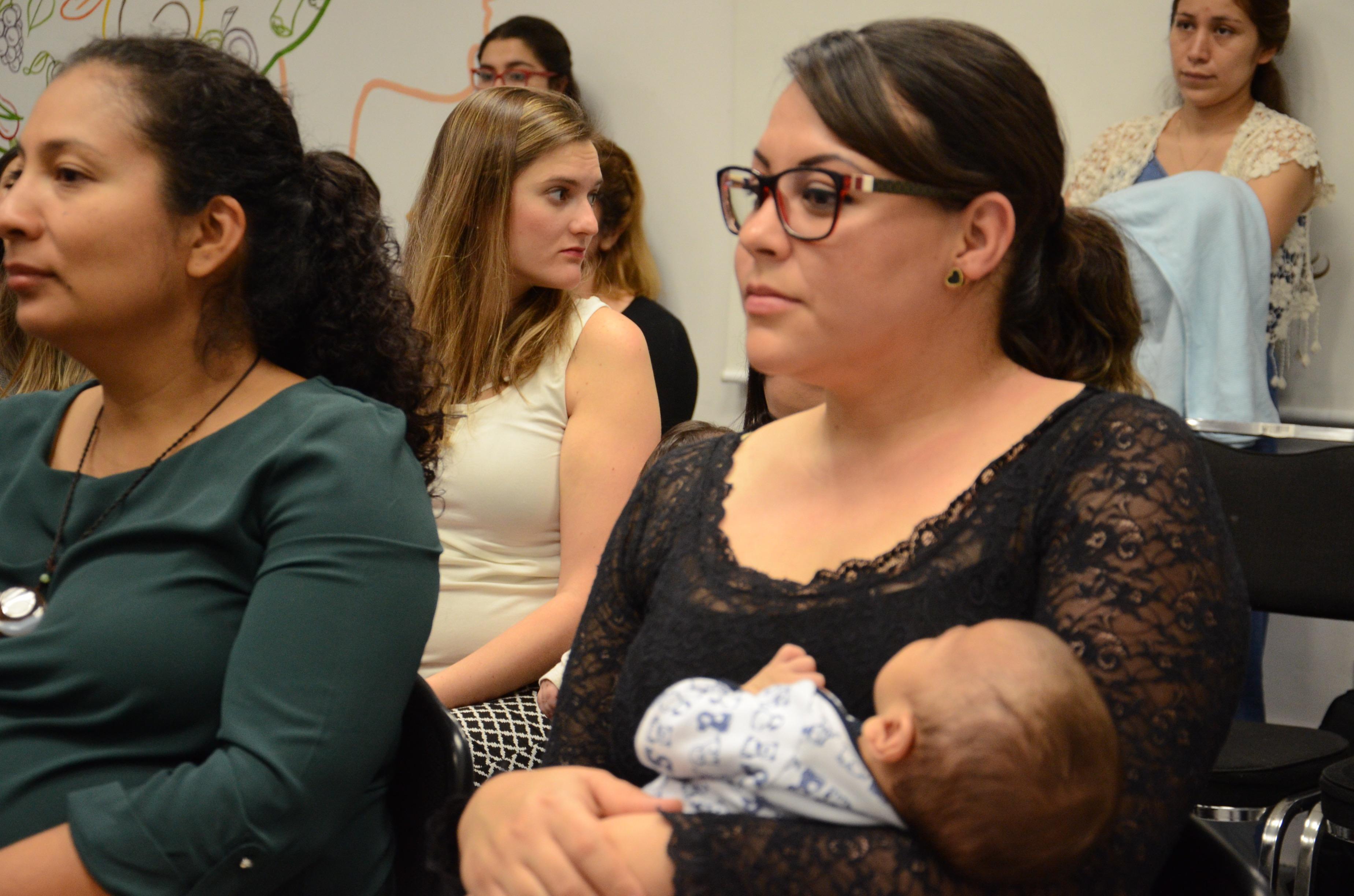 Mamá trabajadora del CUCS con su bebé en brazos