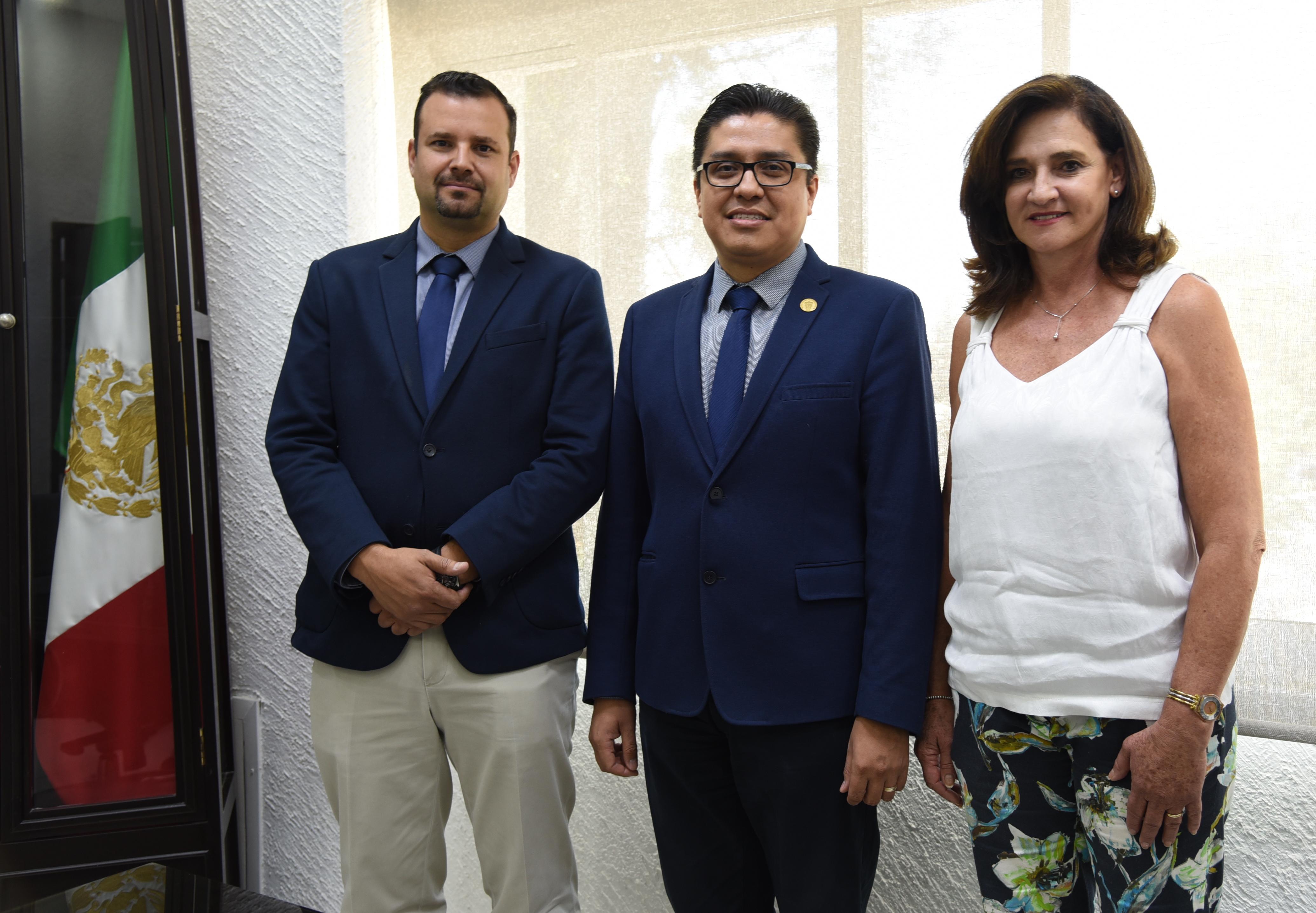 Rector del CUCS posando para la foto con los nuevos secretarios del CUCS