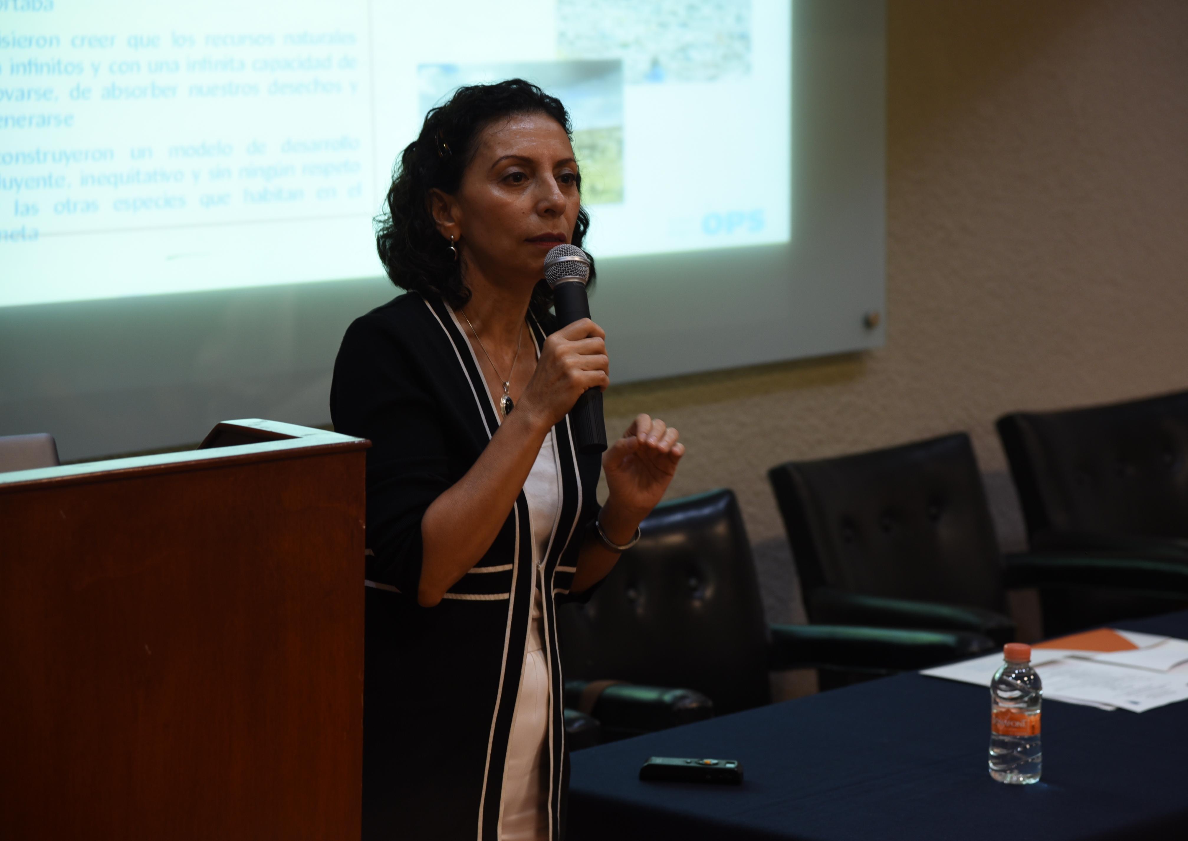Asesora de la OMS impartiendo conferencia en Salud Pública 1