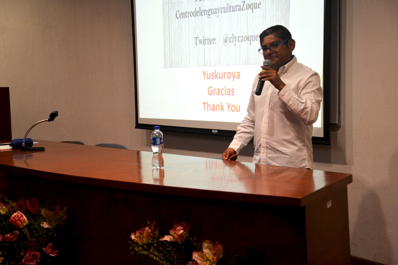 Dr. Fortino Domínguez dictando conferencia 2