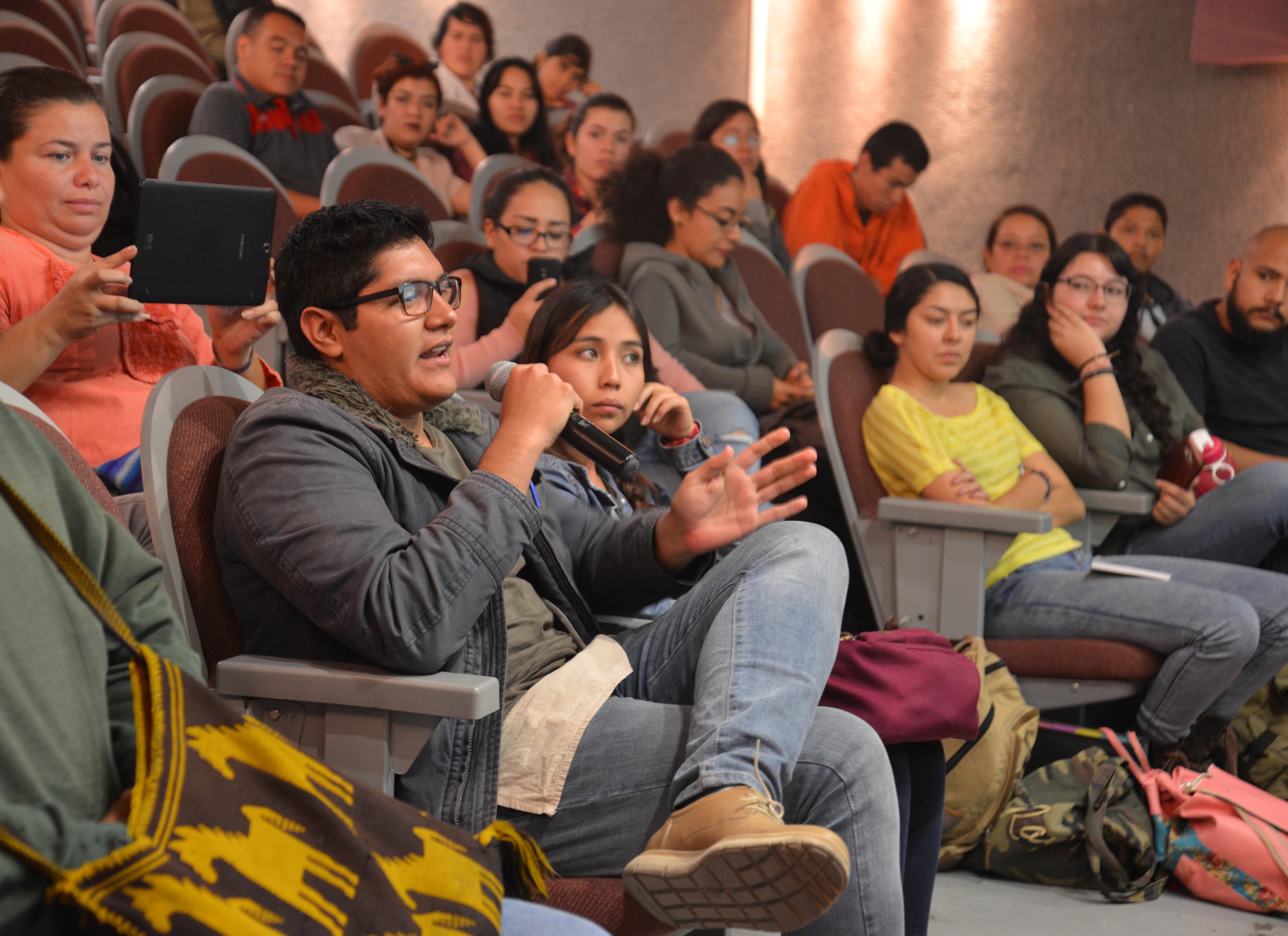 Alumno CUCS participando en sesión de preguntas y respuestas