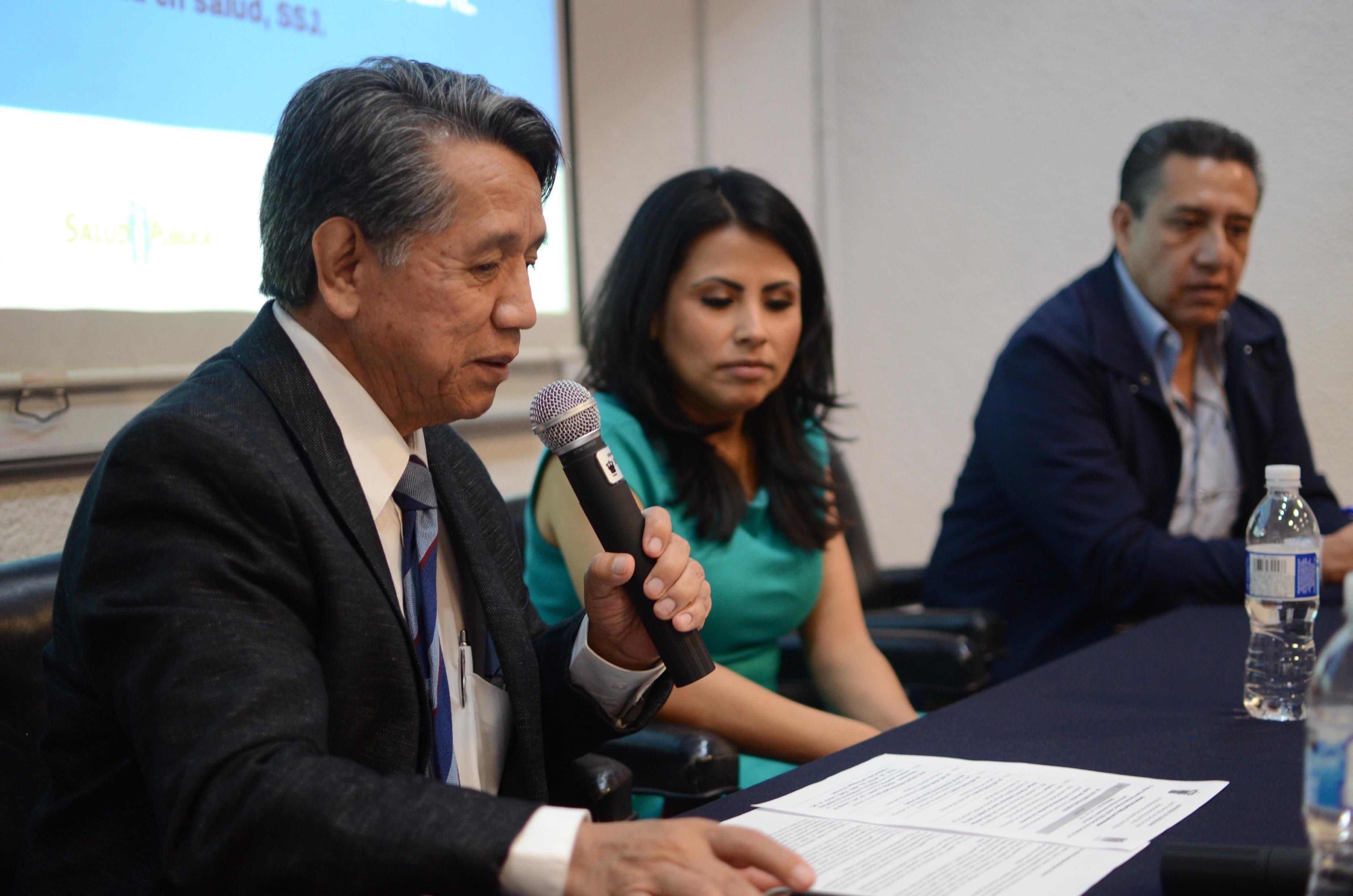 Dr. Noé Alfaro, presentando a la ponente