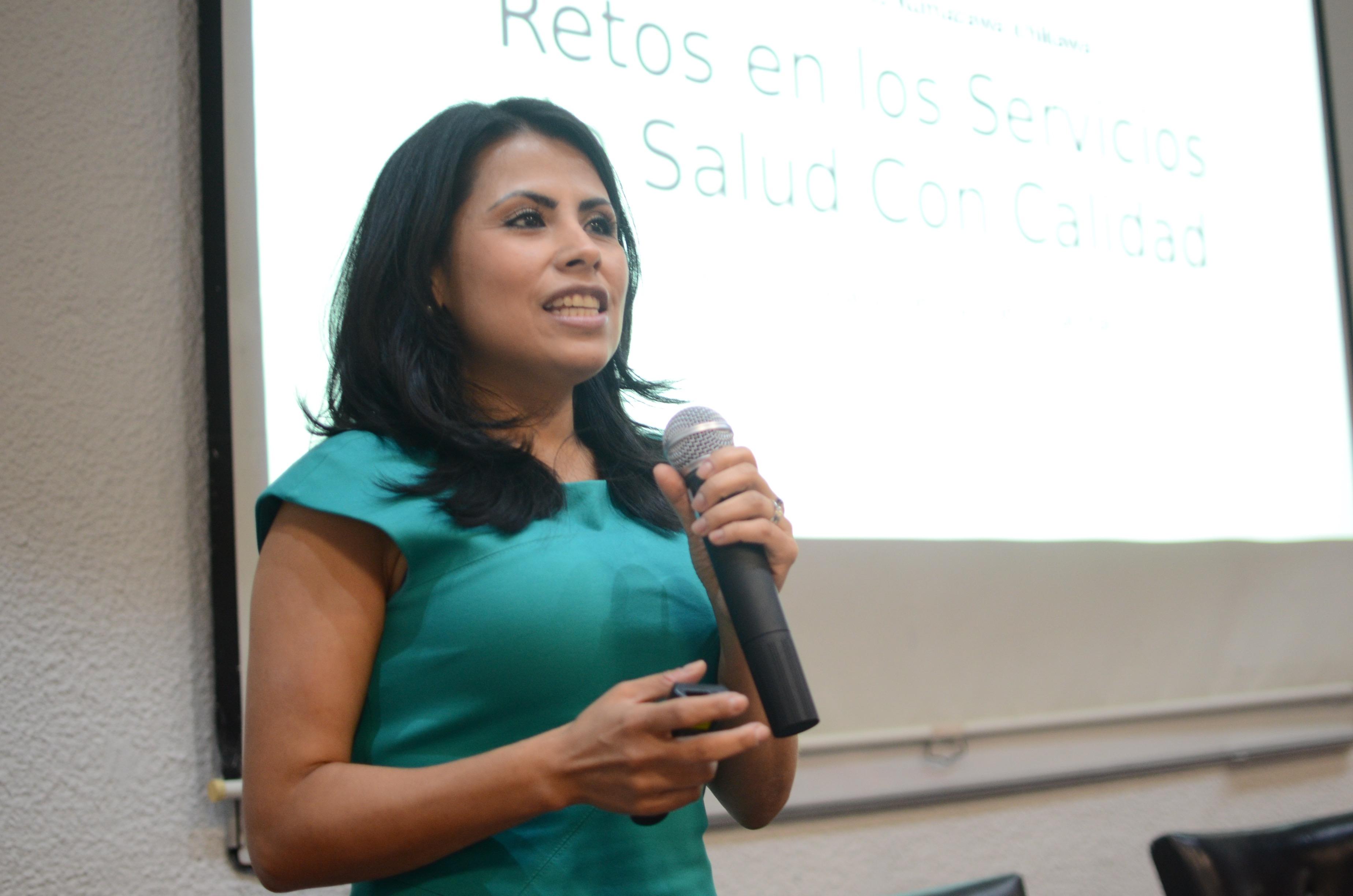 Dra. Hilda Márquez dictando conferencia