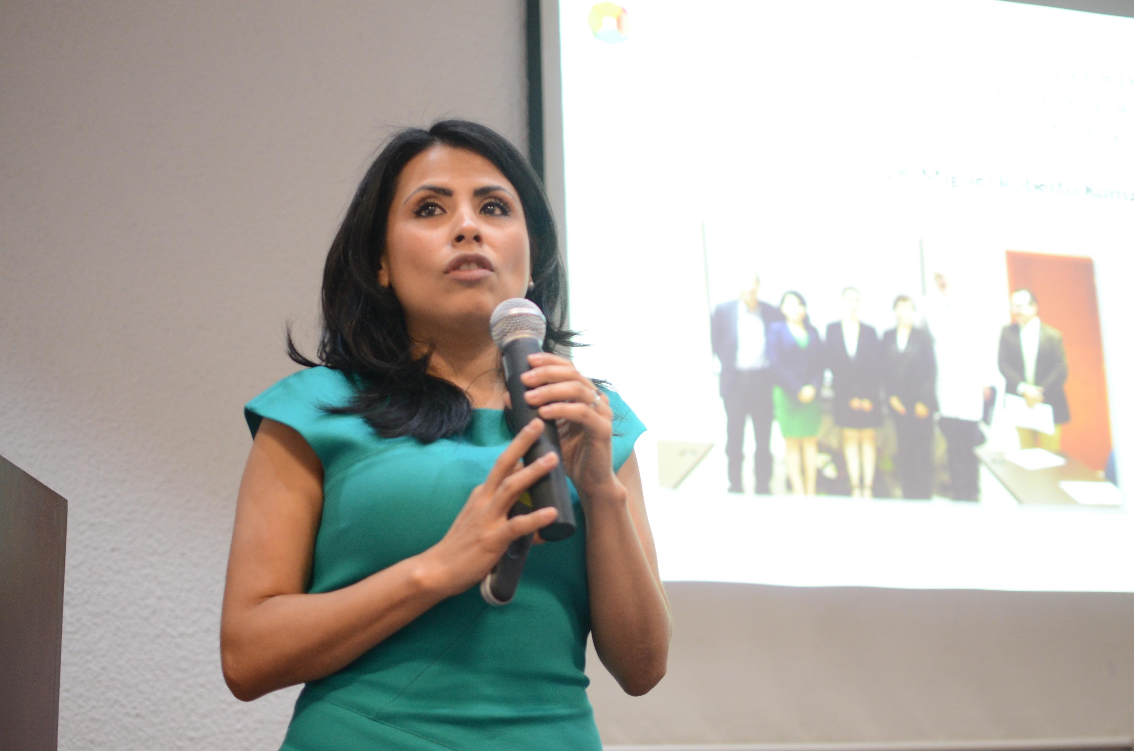 Dra Hilda Márquez dictando conferencia 2