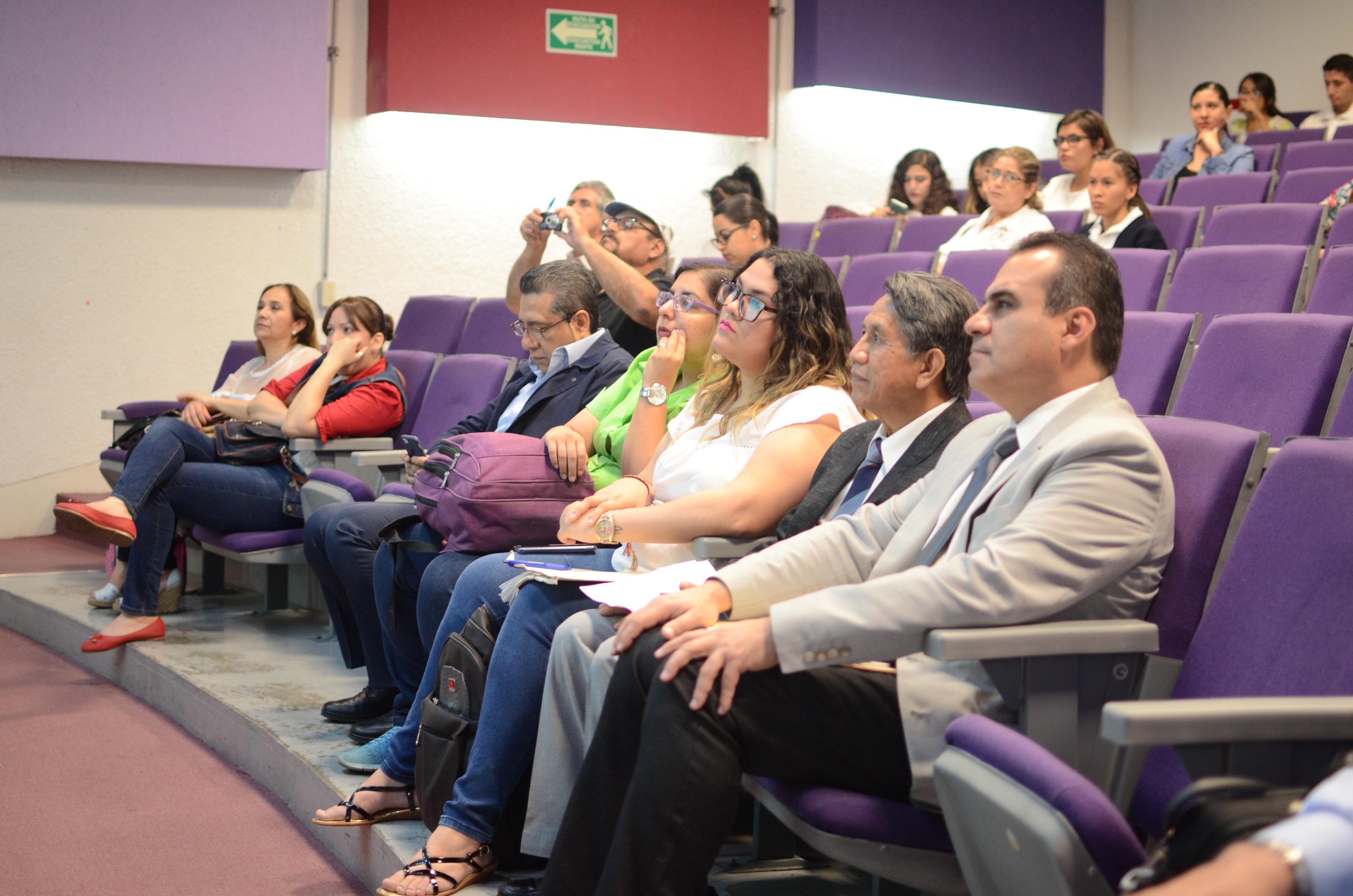 Funcionarios, académicos y alumnos presentes en la conferencia