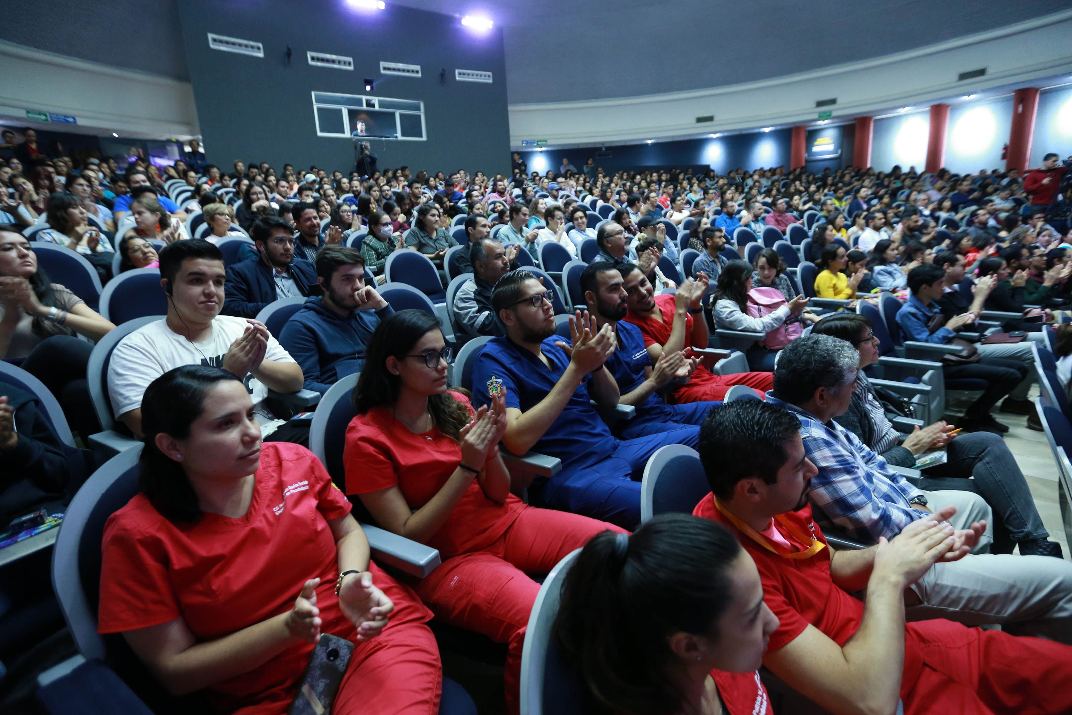 Toma de asistentes a la conferencia, auditorio en lleno total